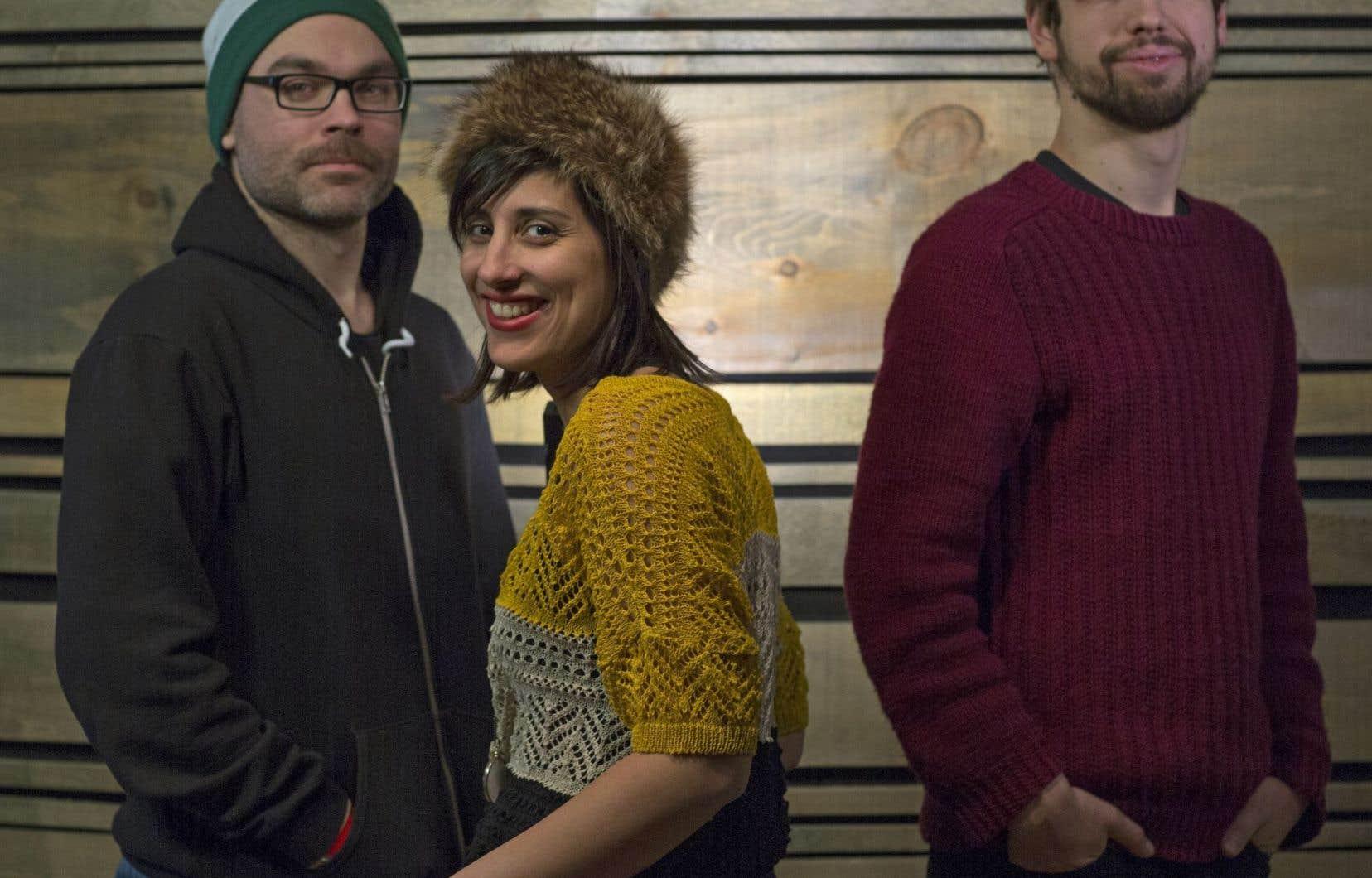 La slameuse Queen KA, entourée de ses deux musiciens Stéphane Leclerc (à gauche) et Blaise Borboën-Léonard.