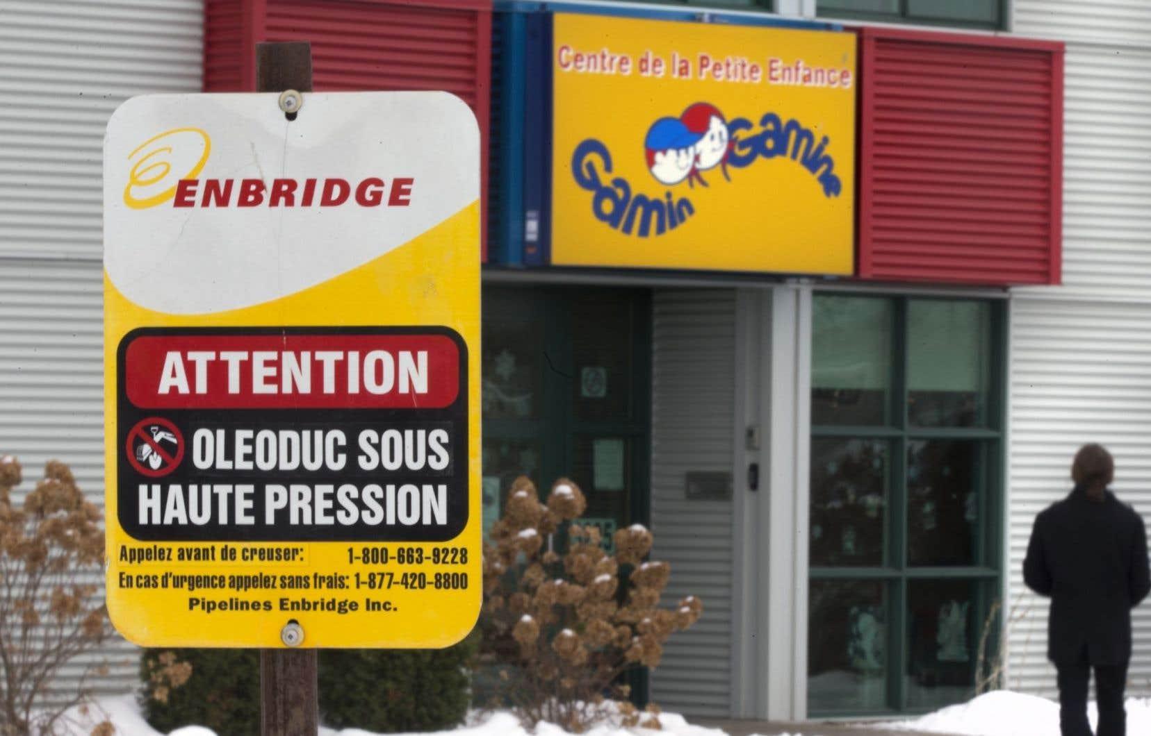 Le pipeline d'Enbridge, construit en 1975, traverse en effet des zones résidentielles densément peuplées de l'est de Laval.