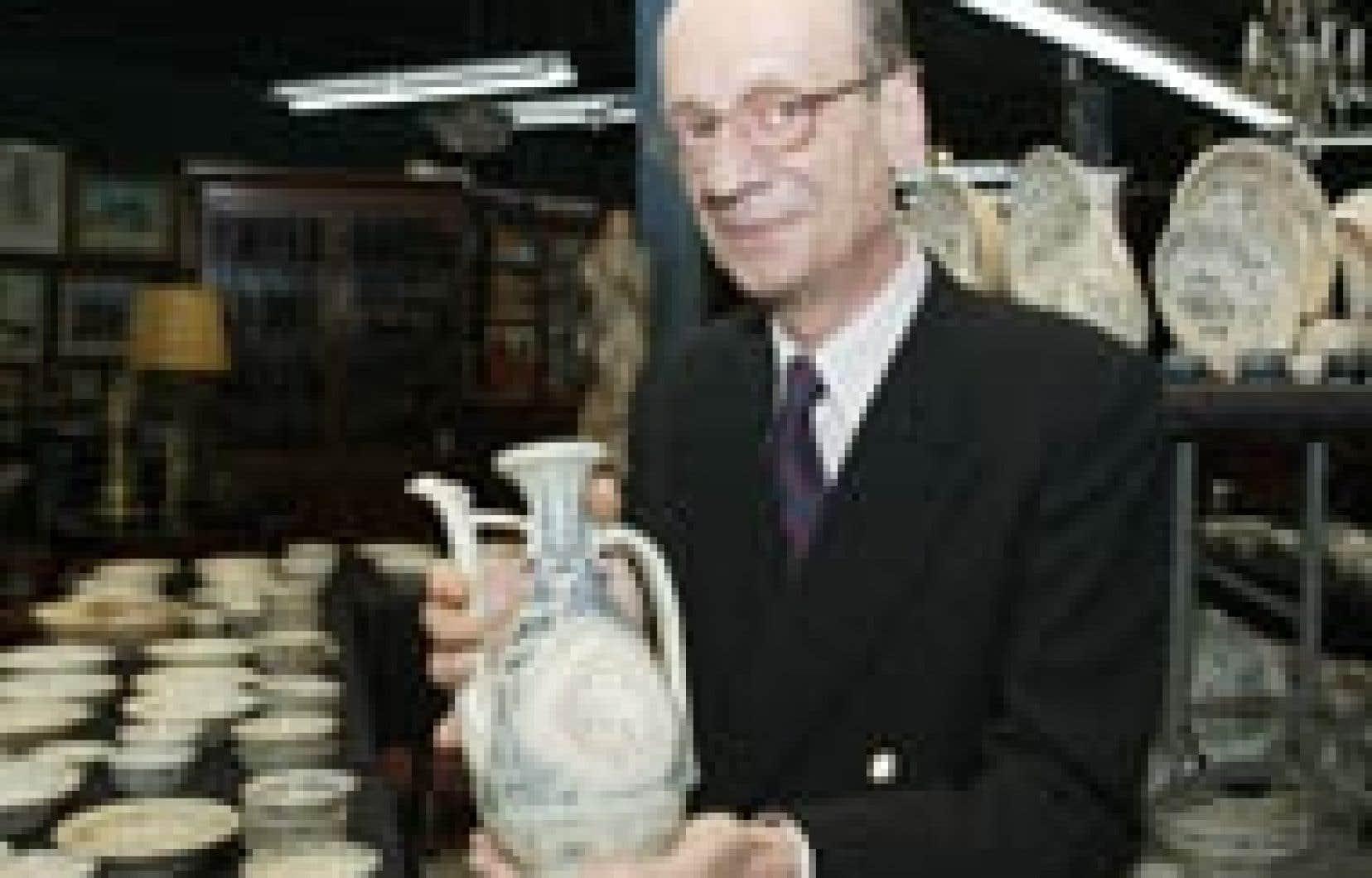 Olivier Leroy tient dans ses mains l'un des vases de porcelaine trouvés au Vietnam.
