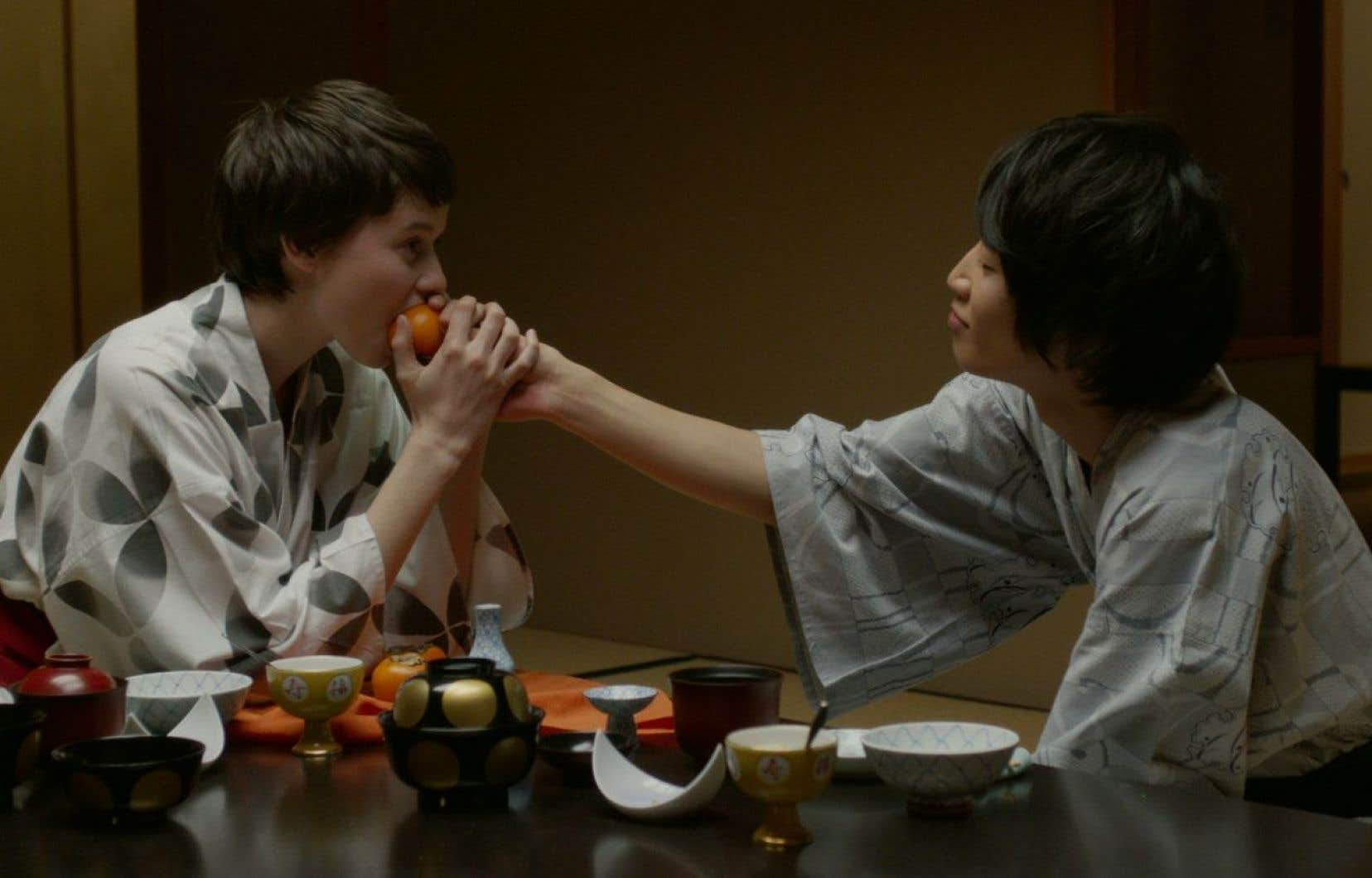 «Tokyo fiancée» présente les pérégrinations d'Amélie (Pauline Étienne), gonflée à bloc dans son désir de renouer avec ce qu'elle considère comme ses véritables racines.