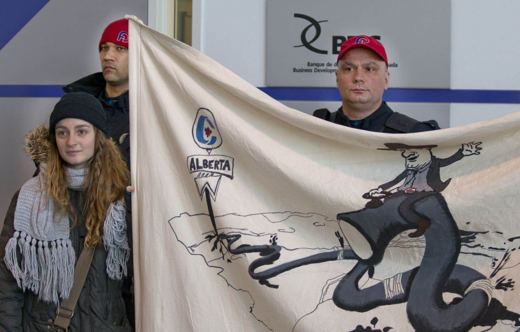 Des manifestants ont accueilli le président de l'Office national de l'énergie, Peter Watson, lors de son passage à HEC Montréal jeudi.