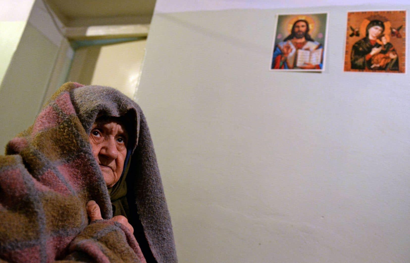 Cette personne âgée s'est réfugiée dans un abri de fortune pour fuir les bombardements.
