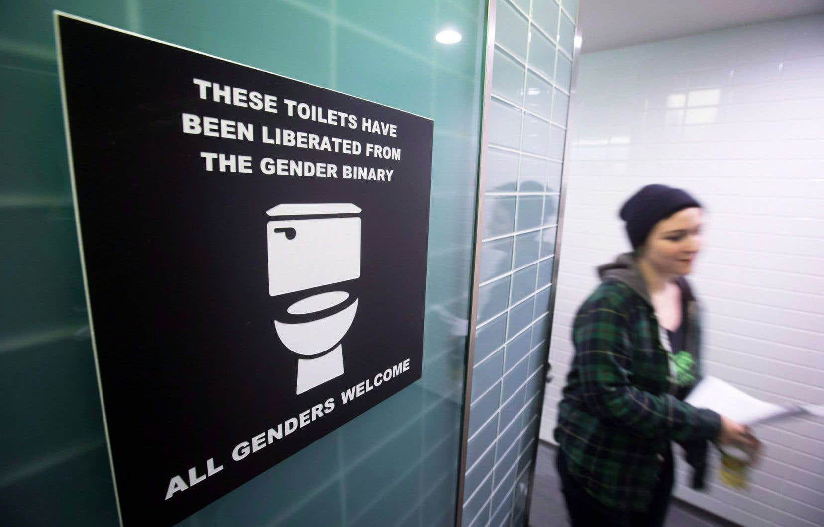Ces toilettes ont été délivrées du système binaire des genres, peut-on lire sur cette affiche placée au mur des toilettes masculines de l'Université Simon Fraser, en Colombie-Britannique, dans le cadre d'une protestation pro-transgenre le 18février dernier.