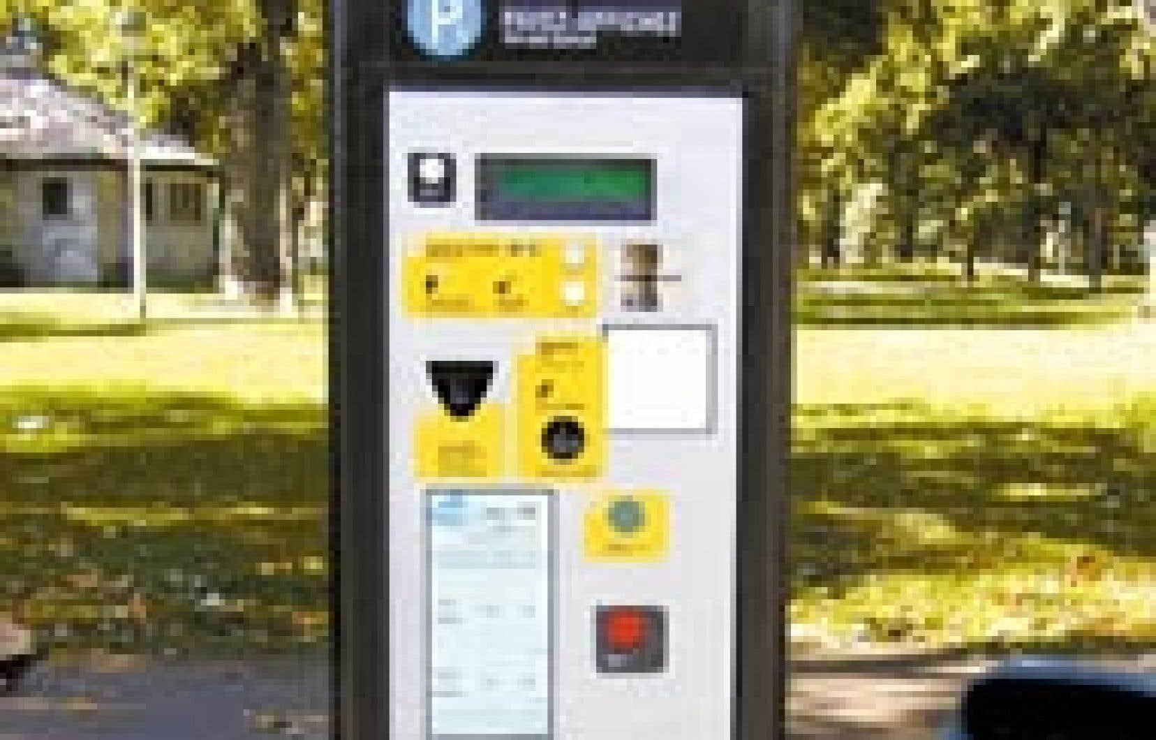 Avec cette technologie nouvelle, l'automobiliste gare son véhicule, prend en note son numéro de place de stationnement, se rend ensuite à la borne pour payer la durée voulue et repart avec son reçu sans avoir à l'afficher dans son auto. — Pho