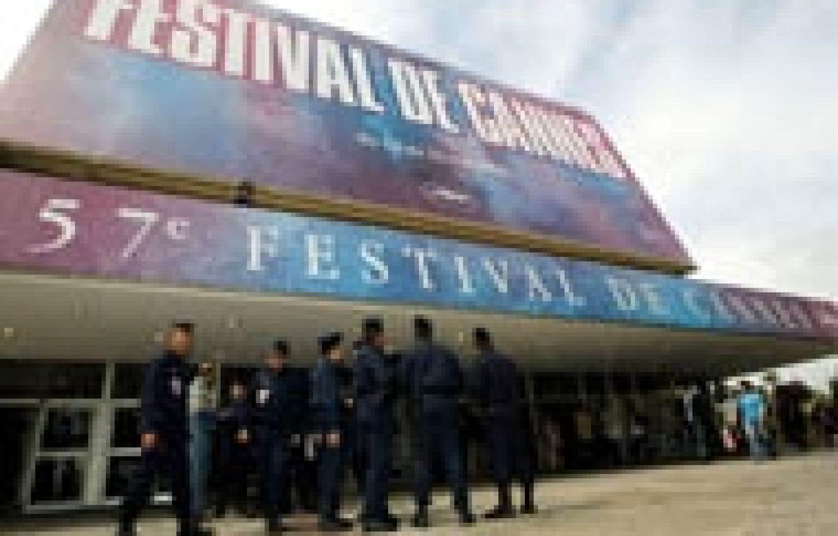 Les policiers pullulent sur le site du Festival de Cannes, moins pour s'opposer aux intermittents que par crainte d'attentats.