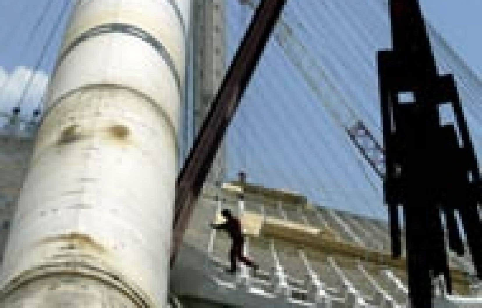 Un ouvrier arpentait hier l'immense structure qui coiffera le stade olympique d'Athènes.