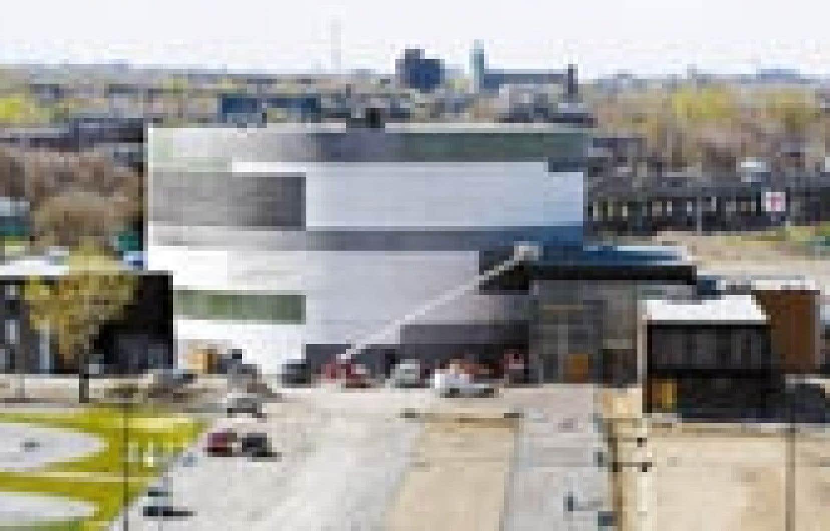 La structure circulaire du chapiteau de la Cité des arts du cirque. Il s'agit du premier d'une série de projets montréalais conçus selon les principes de la construction responsable.