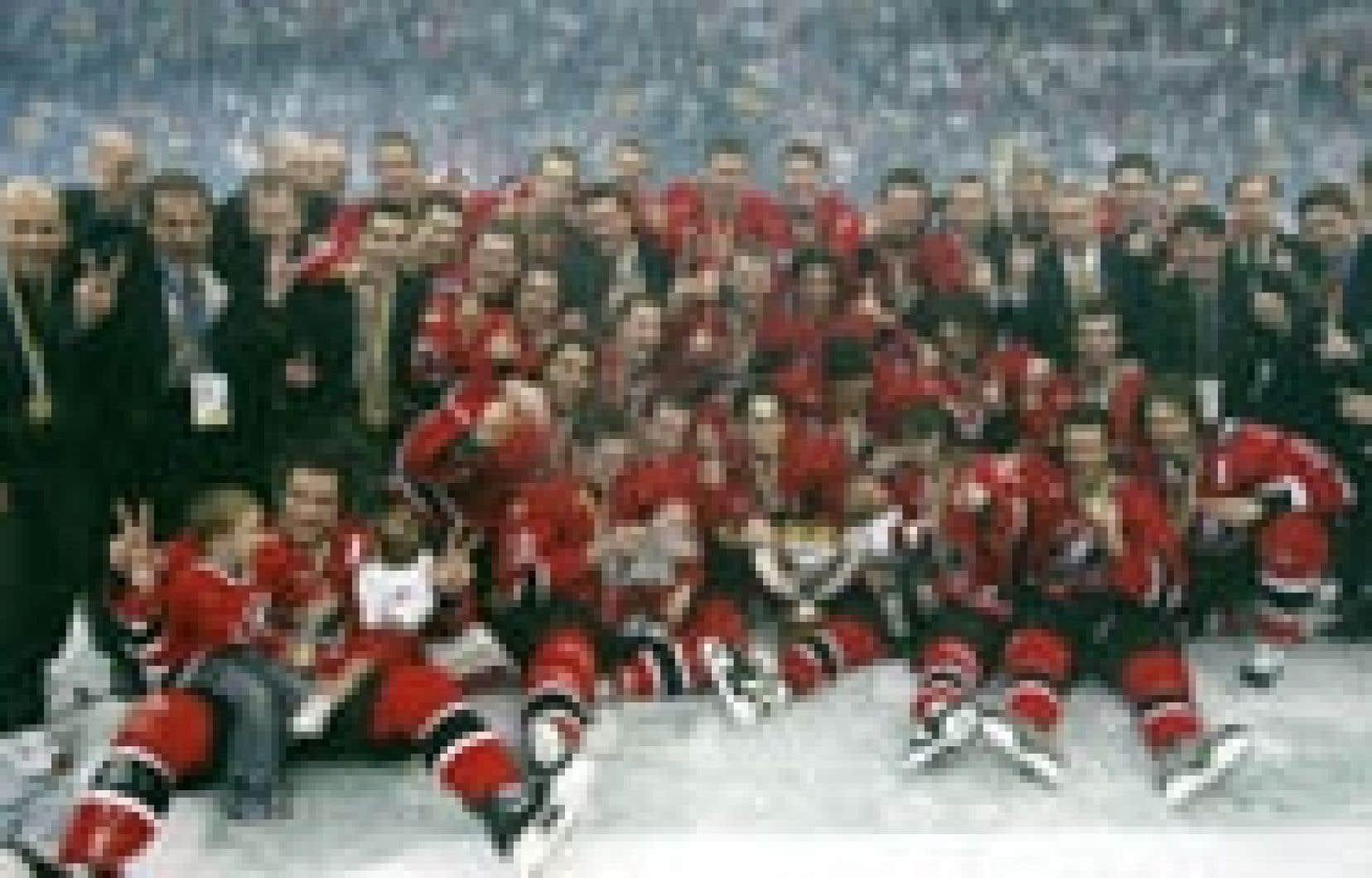 L'équipe canadienne, célébrant sa deuxième victoire consécutive aux championnats du monde.