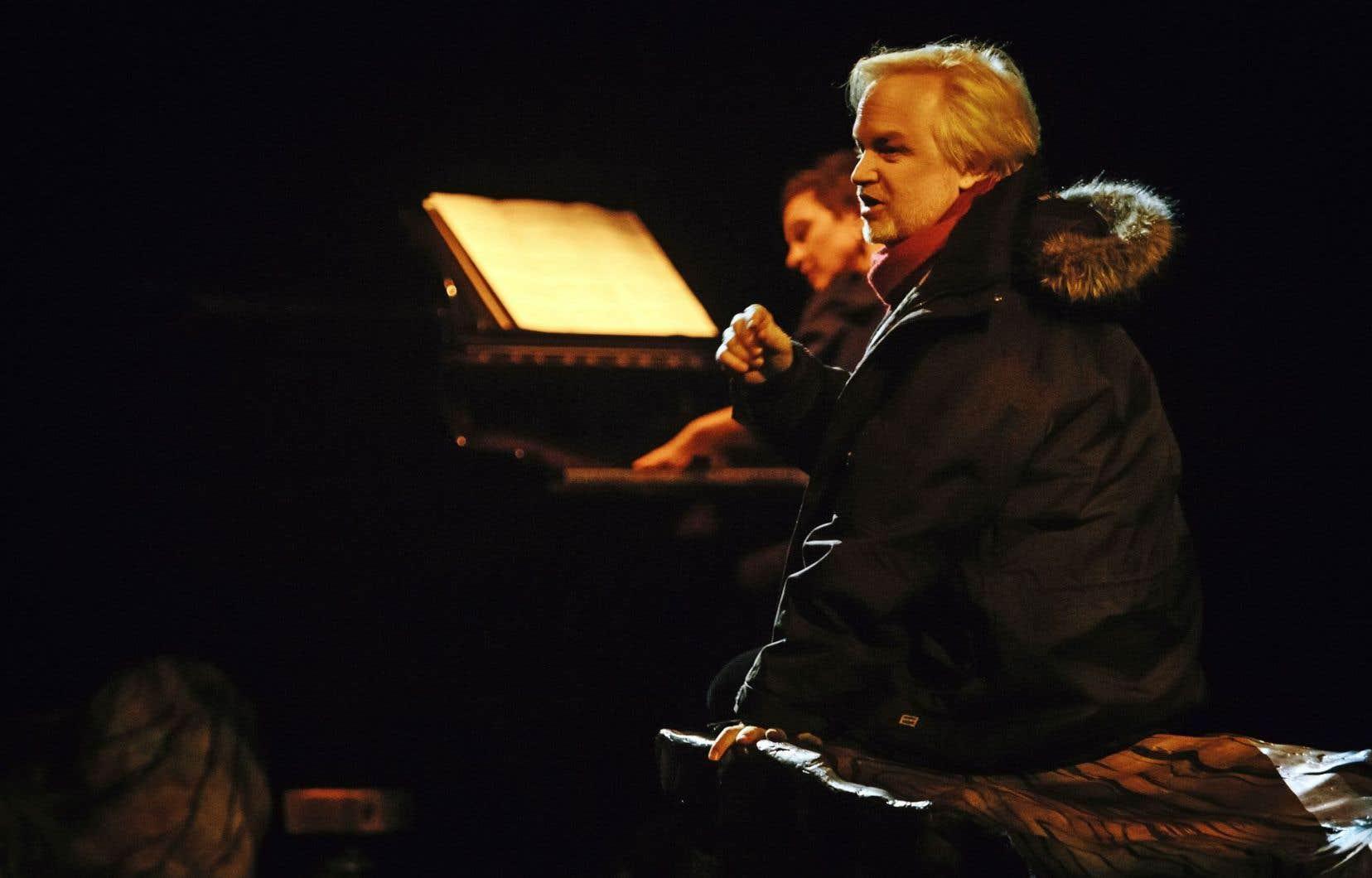 Pendant Norge, Kevin McCoy est accompagné en musique par la pianiste Esther Charron.