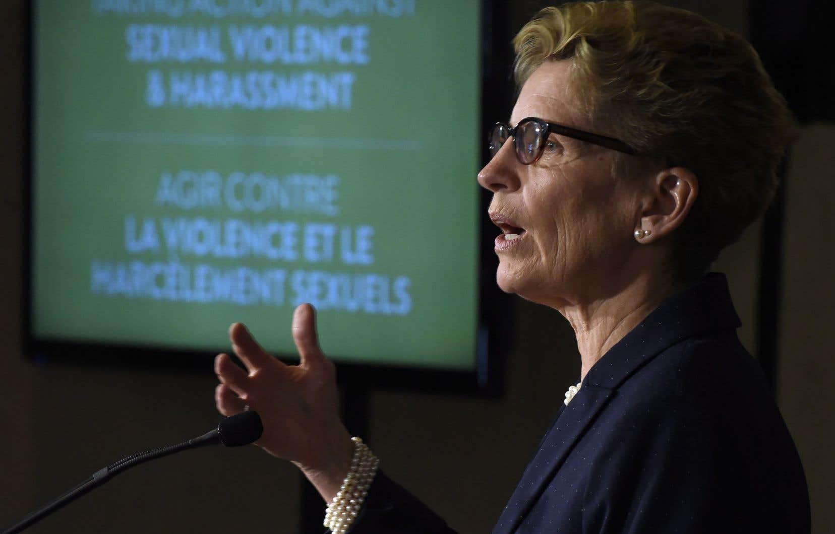 La première ministre ontarienne, Kathleen Wynne, a présenté vendredi matin des publicités, en anglais et en français, contre le harcèlement sexuel et la violence envers les femmes, dans le cadre d'un nouveau plan d'action provincial.