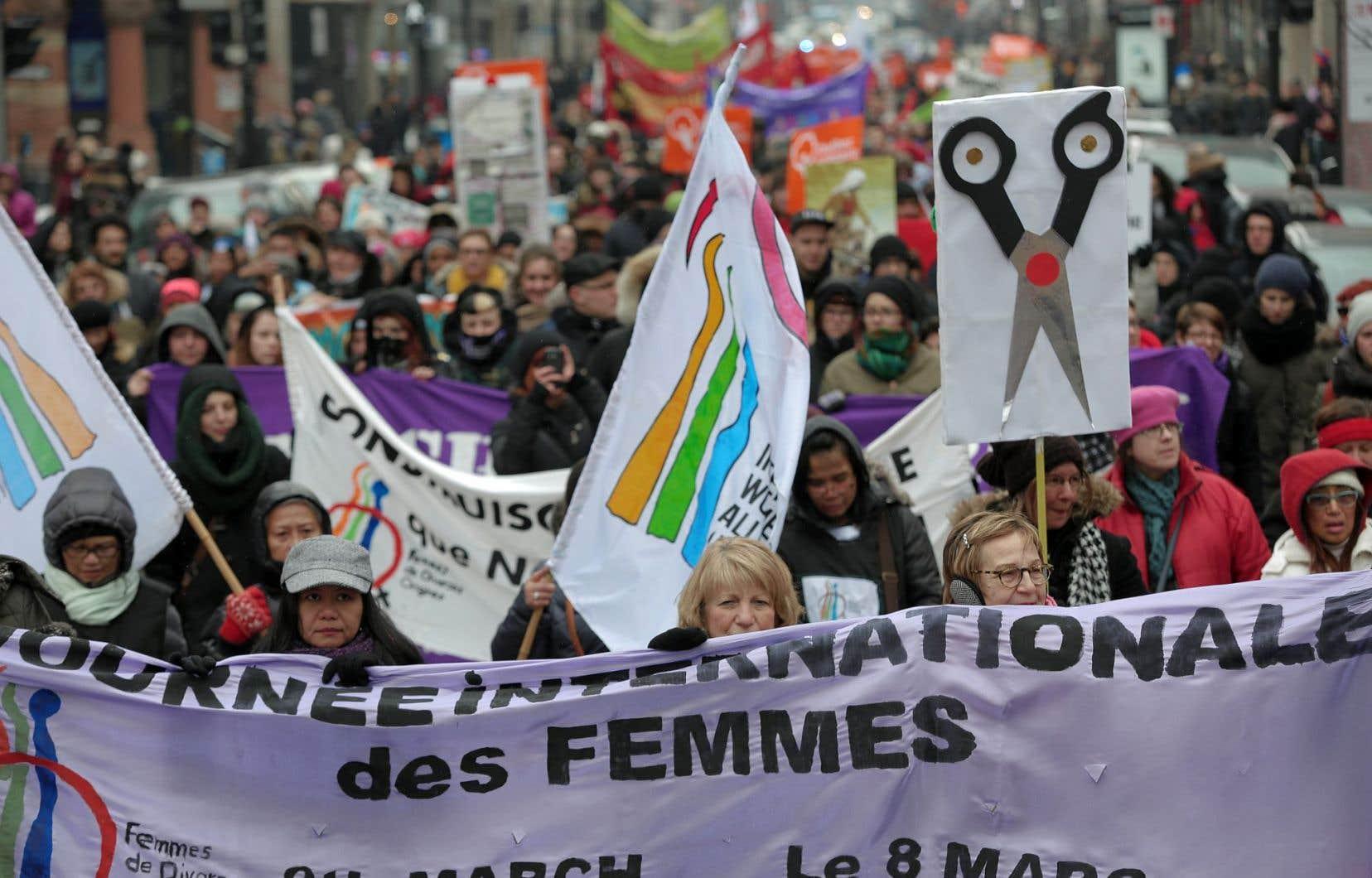 Plus de 1000 personnes, en grande majorité des femmes, étaient réunies à la marche montréalaise soulignant la Journée internationale des femmes.<br />