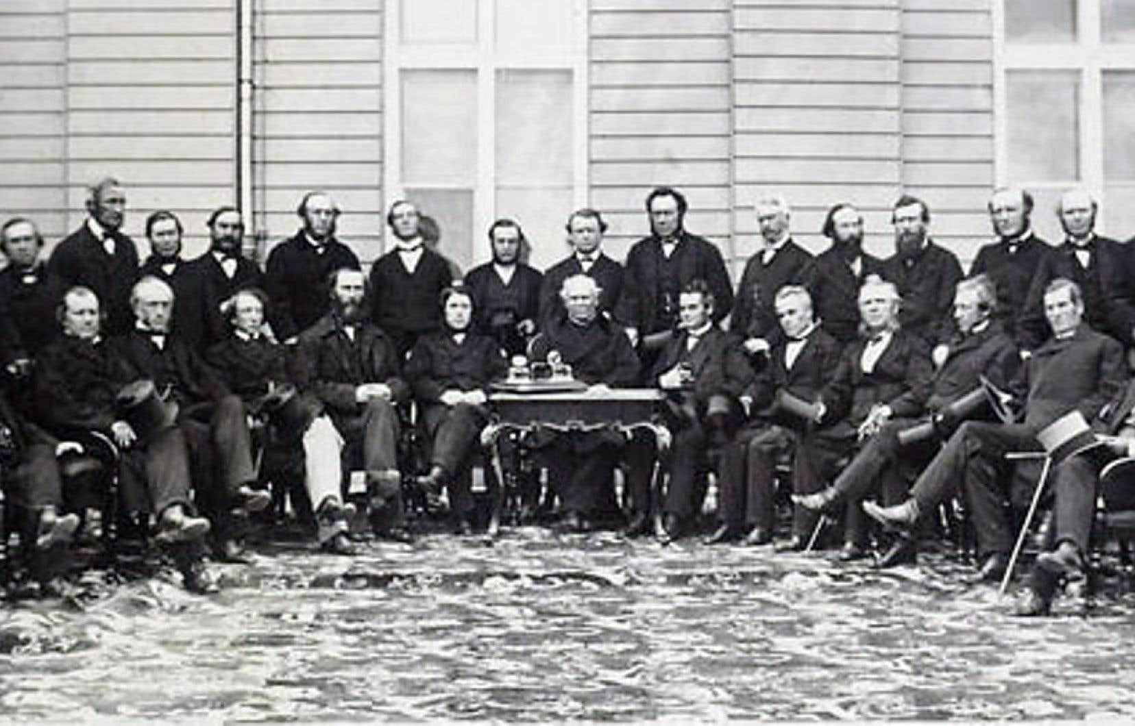Les opposants à l'unification politique des colonies britanniques de l'Amérique du Nord souhaitaient un développement de l'économie basé sur l'axe nord-sud plutôt que sur l'axe est-ouest. Ici, les délégués de la Conférence de Québec, le 27 octobre 1864.