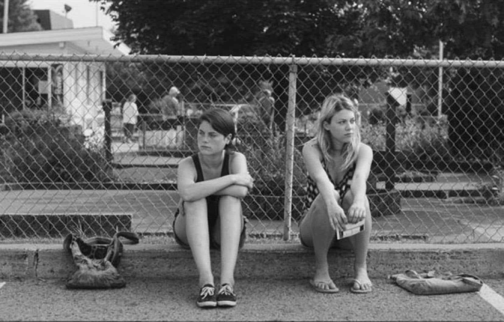 Julianne Côté et Catherine St-Laurent incarnent Nicole et sa meilleure amie Véronique.