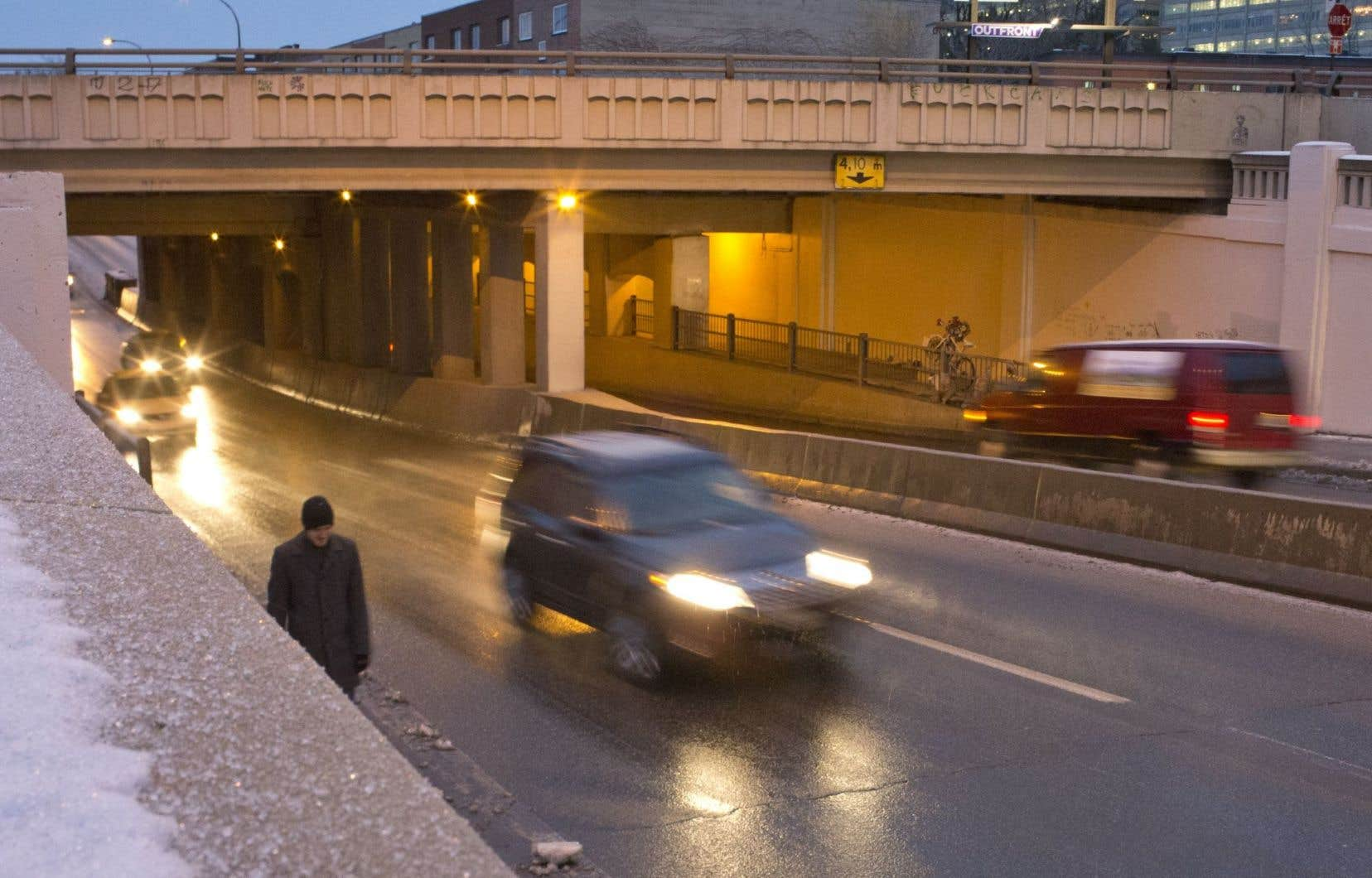 À Montréal, la majorité des piétons sont blessés sur les artères achalandées telles que la rue Saint-Denis et le boulevard Saint-Laurent. Les rails paraissent donc plus sécuritaires aux piétons même s'ils risquent un constat d'infraction.