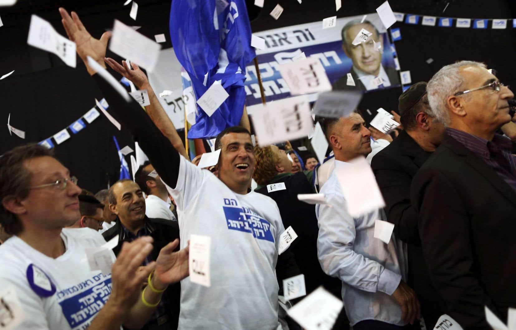 Des partisans du premier ministre israélien sortant, Benjamin Nétanyahou, ont célébré mardi soir les résultats des sondages à la sortie des urnes de deux chaînes de télévision donnant l'avance au Likoud.