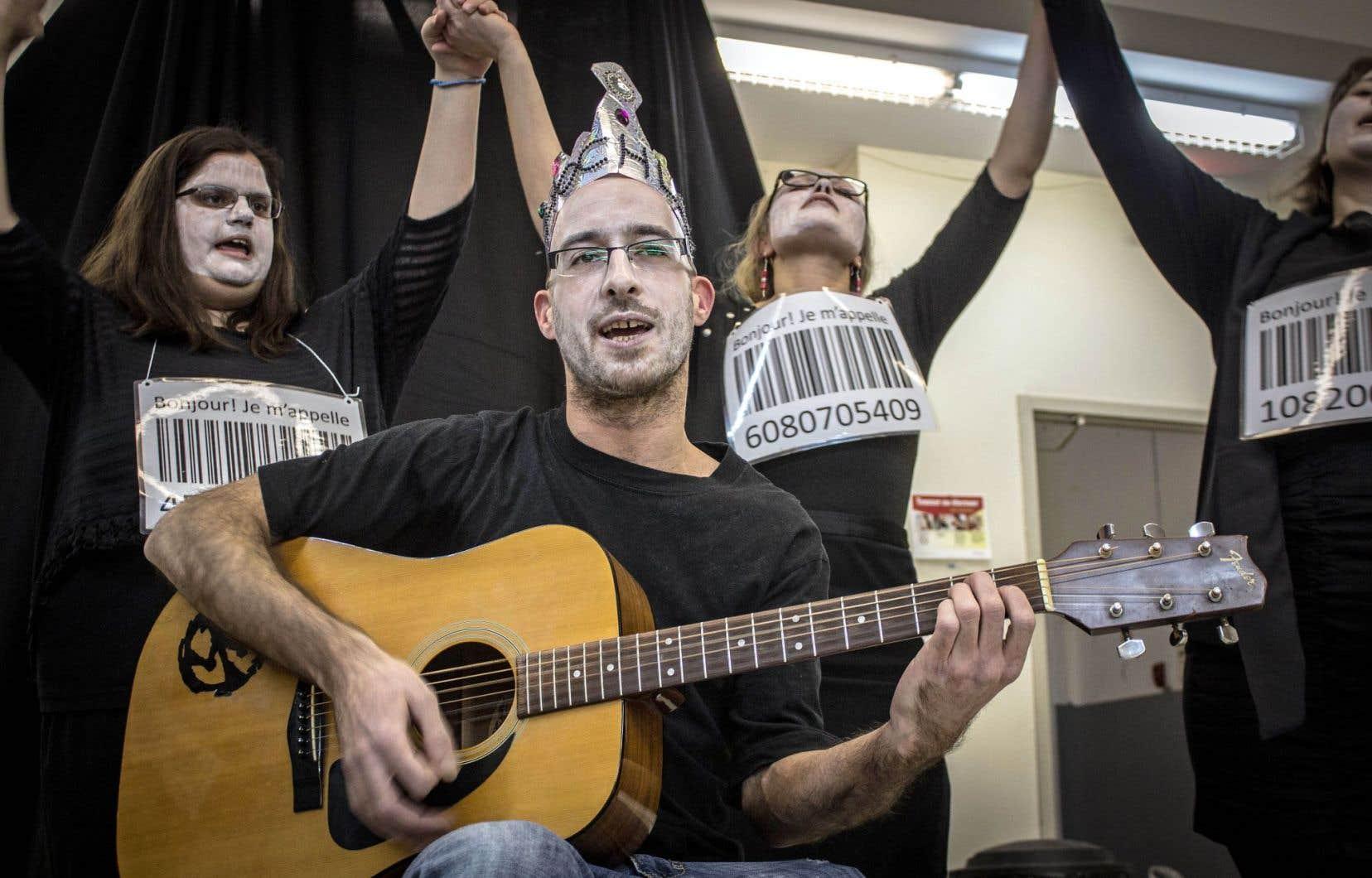 La troupe de théâtre de mouvement montréalais Parole d'exclues, Les idéaux parleurs, crée ensemble des pièces invitant à la réflexion sur les origines des préjugés, des inégalités et de la pauvreté.