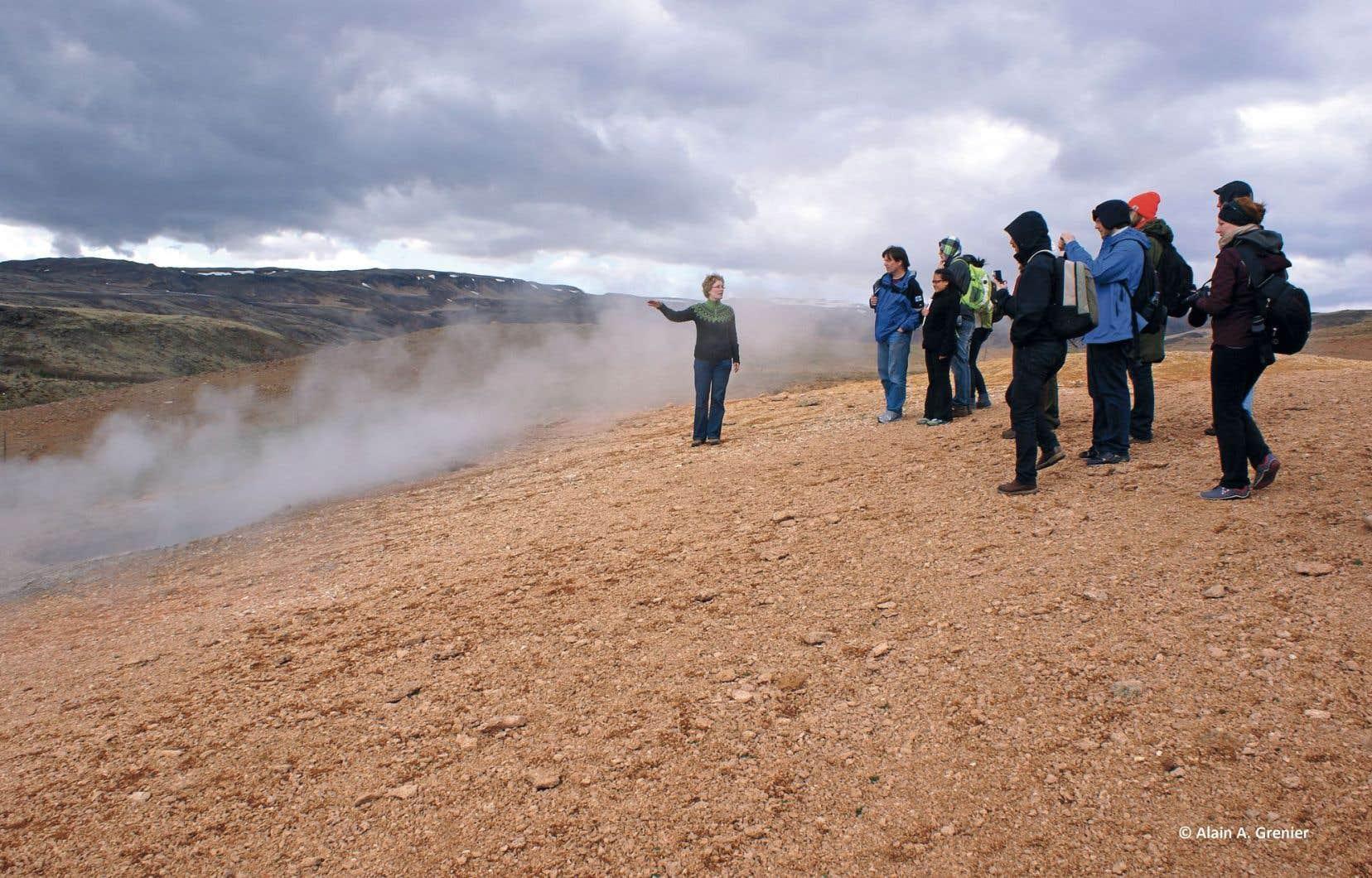 La professeure et conférencière Gudridur Helgadottir et des élèves se sont rendus aux Fumerolles de Hveragerdi, en Islande.