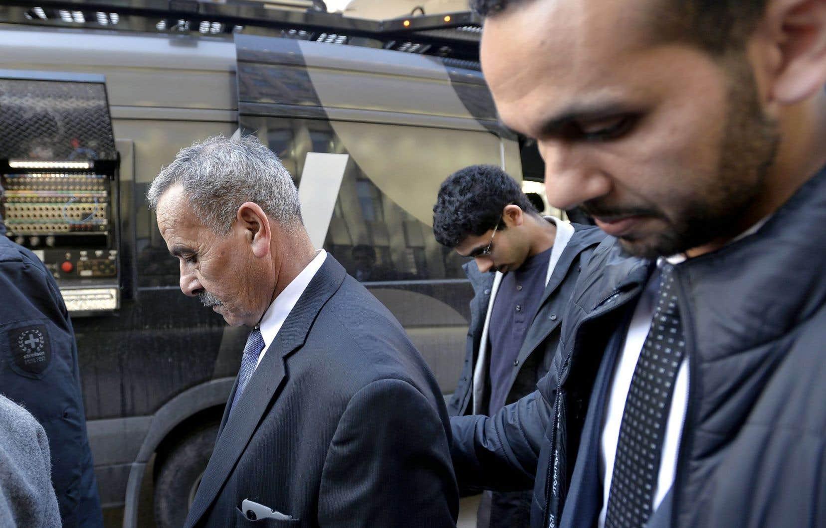 Mohammed Jaser (au centre), le père de Raed Jaser, alors qu'il quittait le palais de justice vendredi.