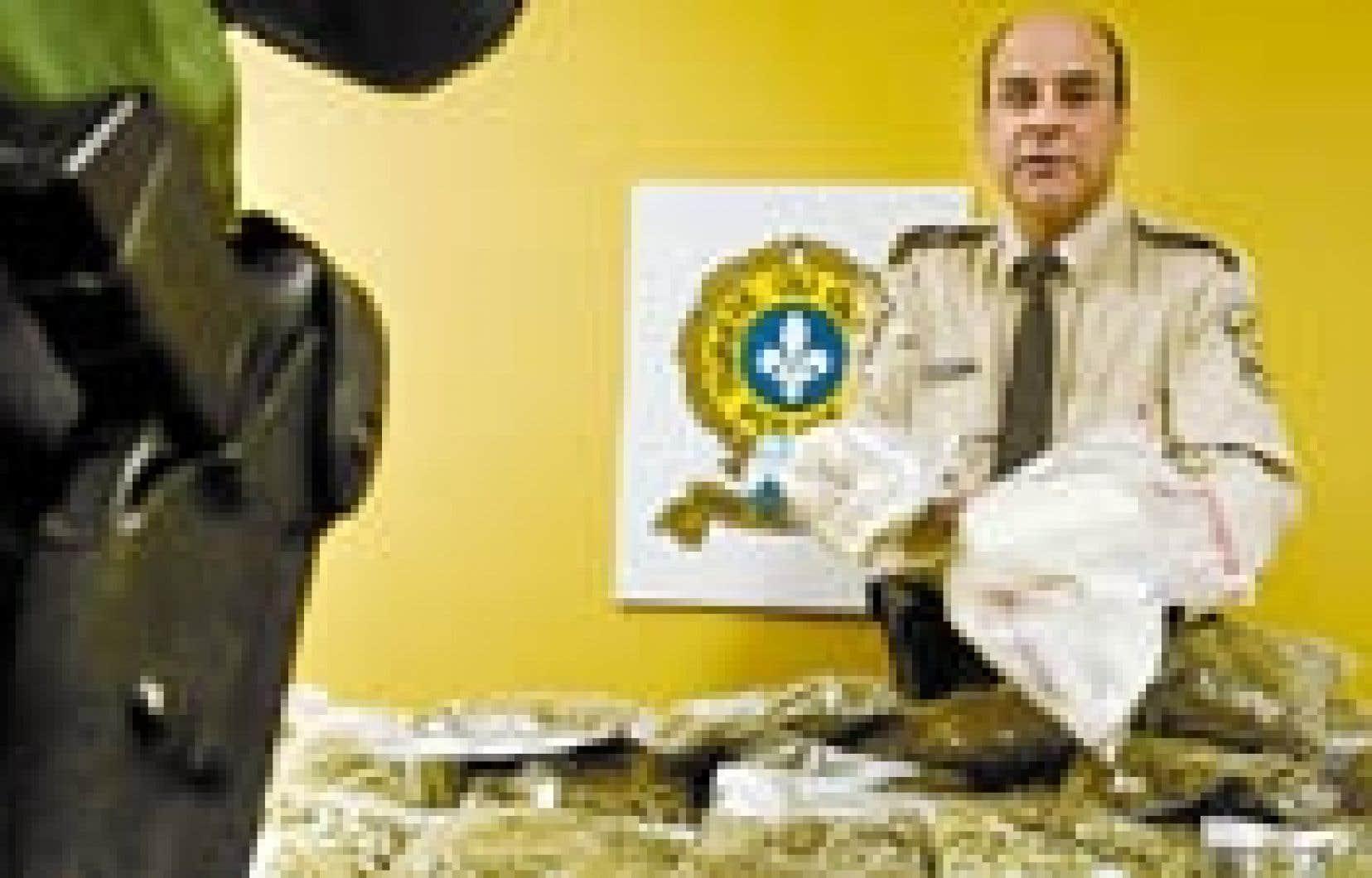 Les policiers ont montré une partie de la drogue saisie au cours de l'opération d'hier.
