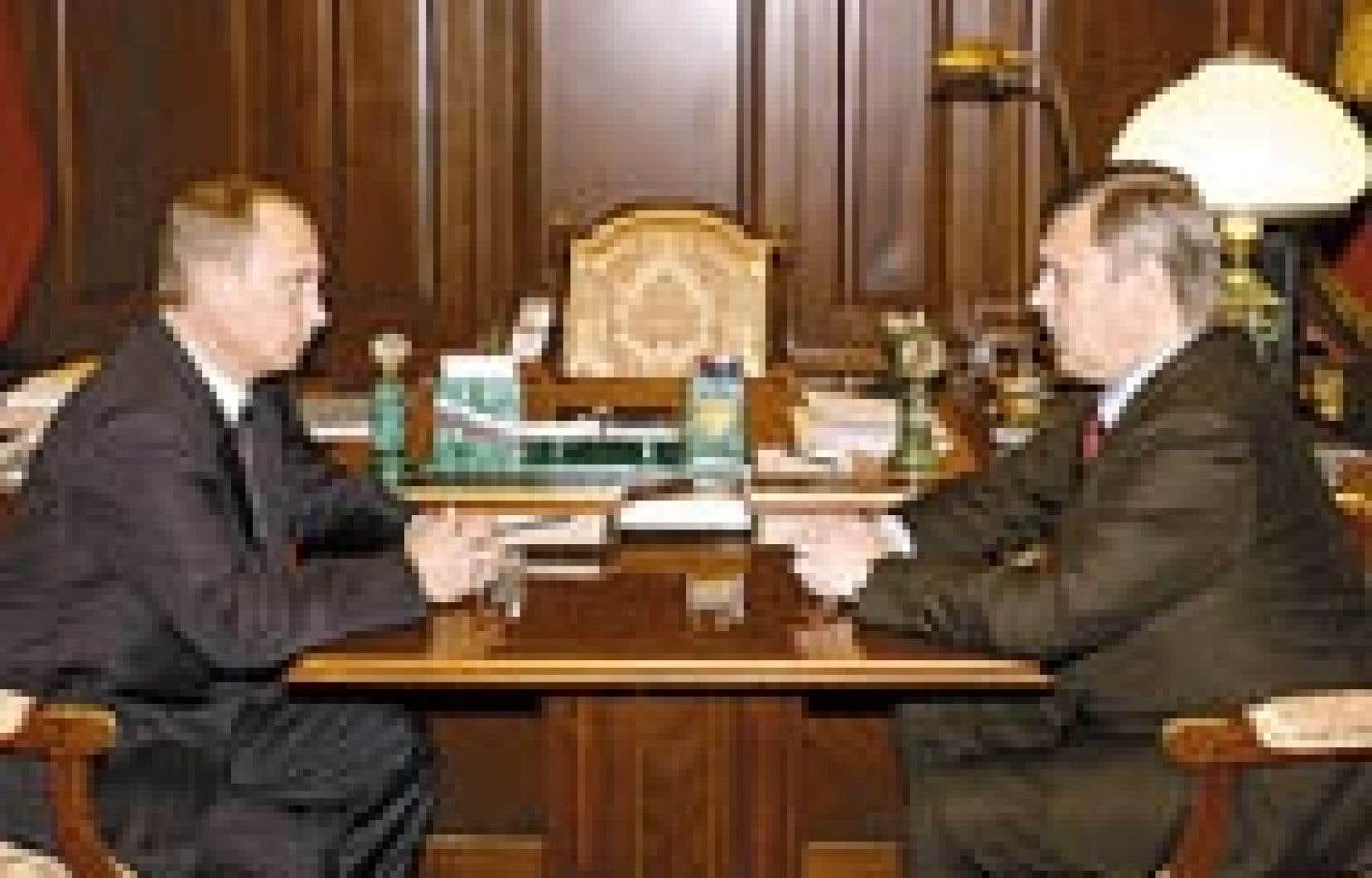Vladimir Poutine avait une bien mauvaise nouvelle pour le premier ministre Mikhail Kasianov, qu'il a rencontré hier au Kremlin afin de lui annoncer son limogeage. — Source: Agence Itar-Tass