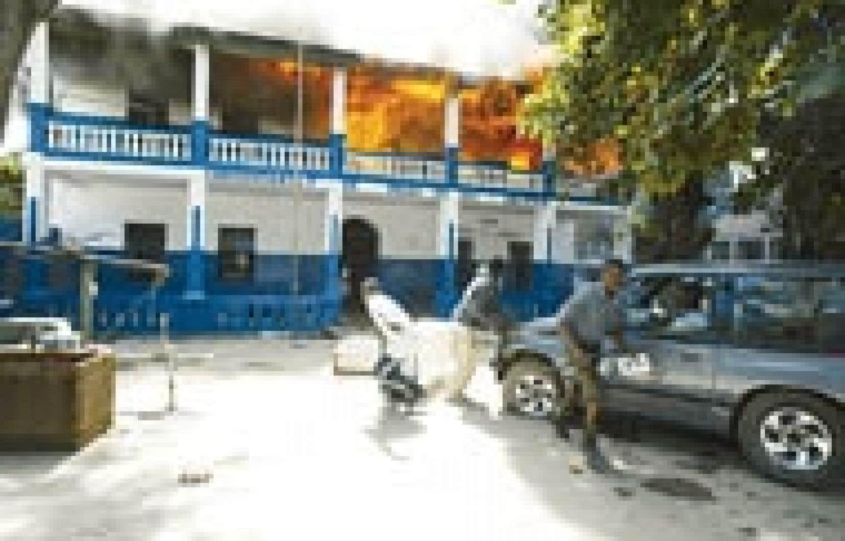 La prise de Cap-Haïtien, deuxième ville du pays, par les rebelles a fait trois morts dont au moins deux parmi les partisans du président haïtien. Le commissariat et la prison, dont ont été libérés les prisonniers, ont été pillés puis incendié