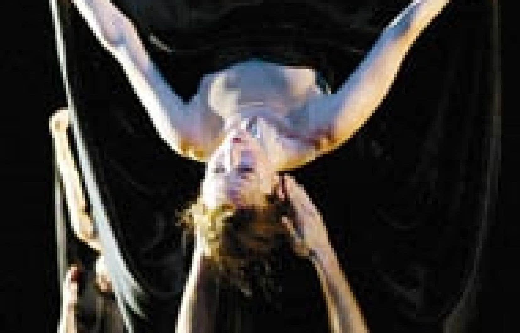 La danse renversante du Ballet de l'Opéra de Lyon a donné le coup d'envoi au cinquième Festival Montréal en lumière hier.
