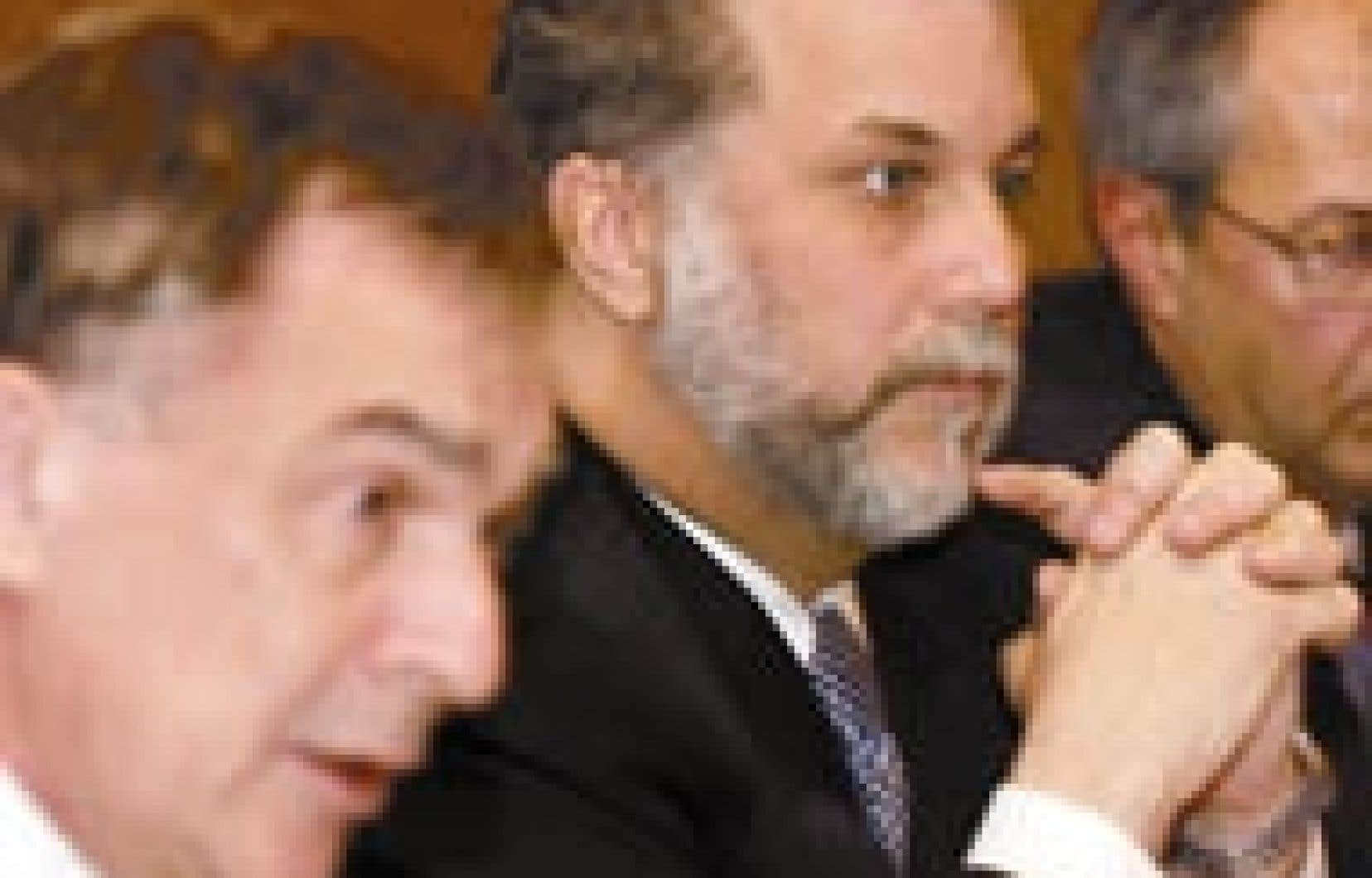 Le président de la Fédération des médecins omnipraticiens du Québec (FMOQ), Renald Dutil, et le ministre de la Santé, Philippe Couillard, ont conclu une entente pour inciter des médecins à s'installer d'abord dans les régions où la pénurie