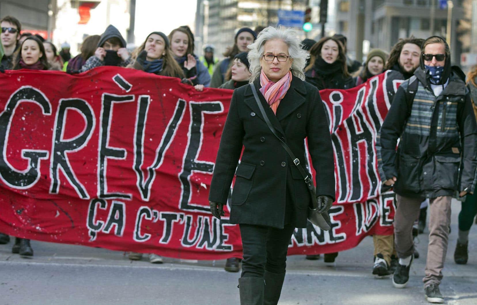 La journaliste Lucie Pagé, le cœur en Afrique du Sud et l'âme avec les étudiants du Québec, dans la rue.
