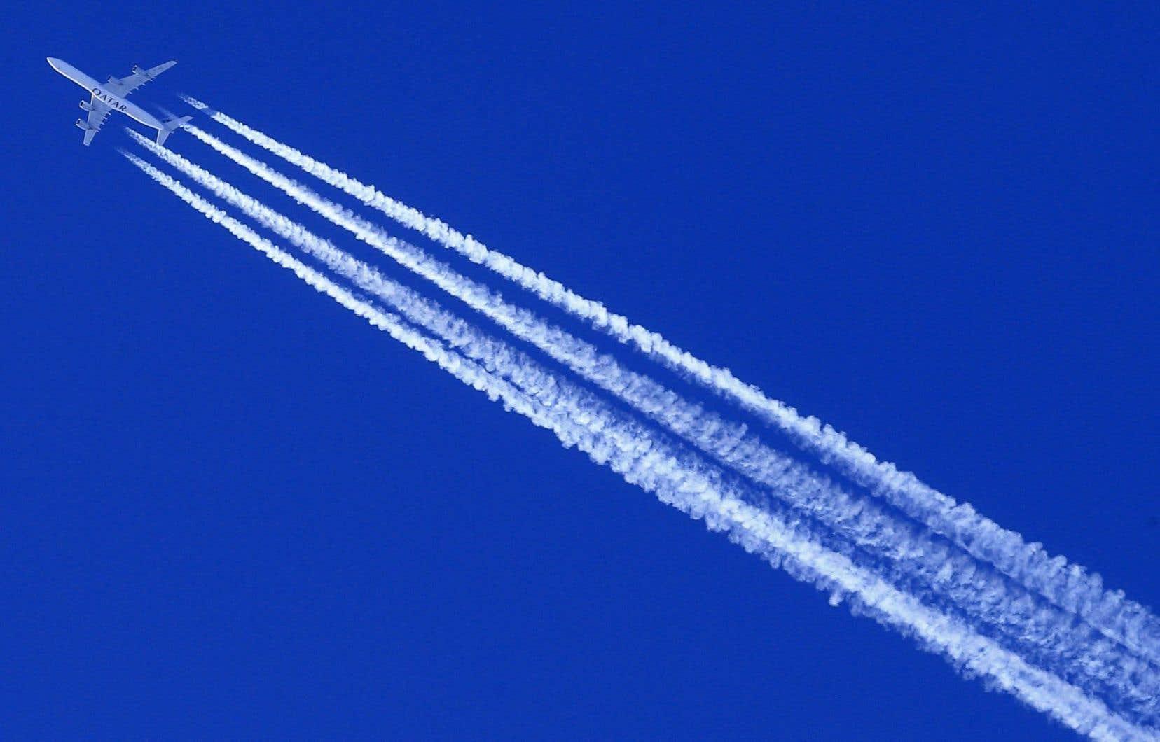 Un avion laisse derrière lui de longues lignes blanches dans le ciel, un phénomène physique connu depuis longtemps. Pour les partisans de la théorie du complot toutefois, l'avion vide derrière lui une mystérieuse substance «chimique».