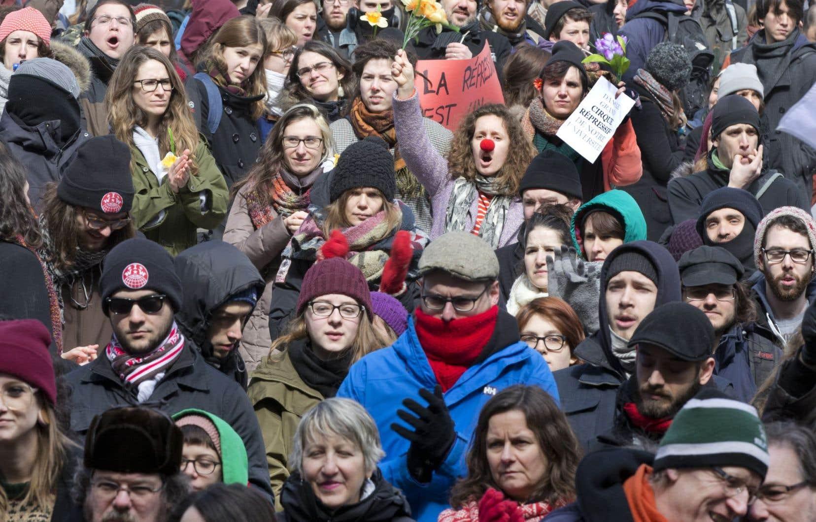 On critique les étudiants, on les accuse d'être peu éloquents, mais on ne leur donne pas la parole. Le seul moyen restant est la rue.