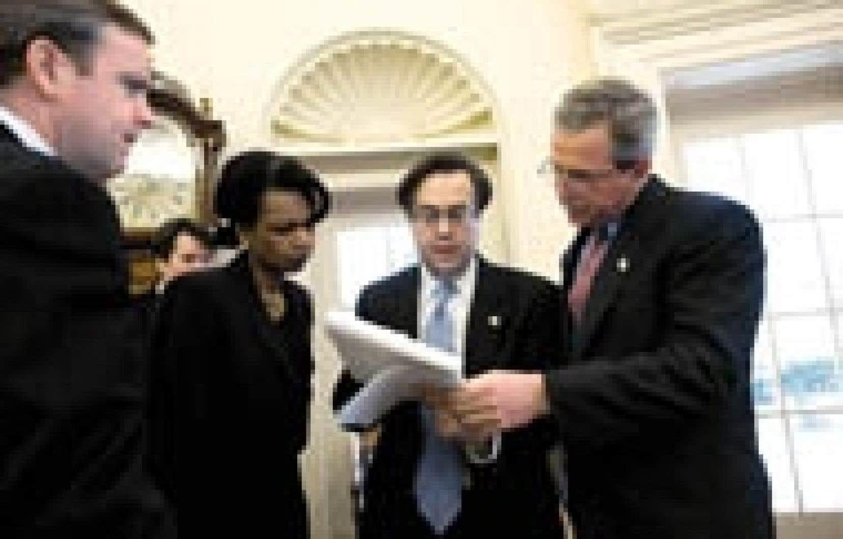 Le président américain, George W. Bush, révisant le discours sur l'état de l'Union, en compagnie de la conseillère pour la sécurité nationale, Condoleezza Rice, et du directeur de l'équipe de rédaction des discours, Mike Gerson.