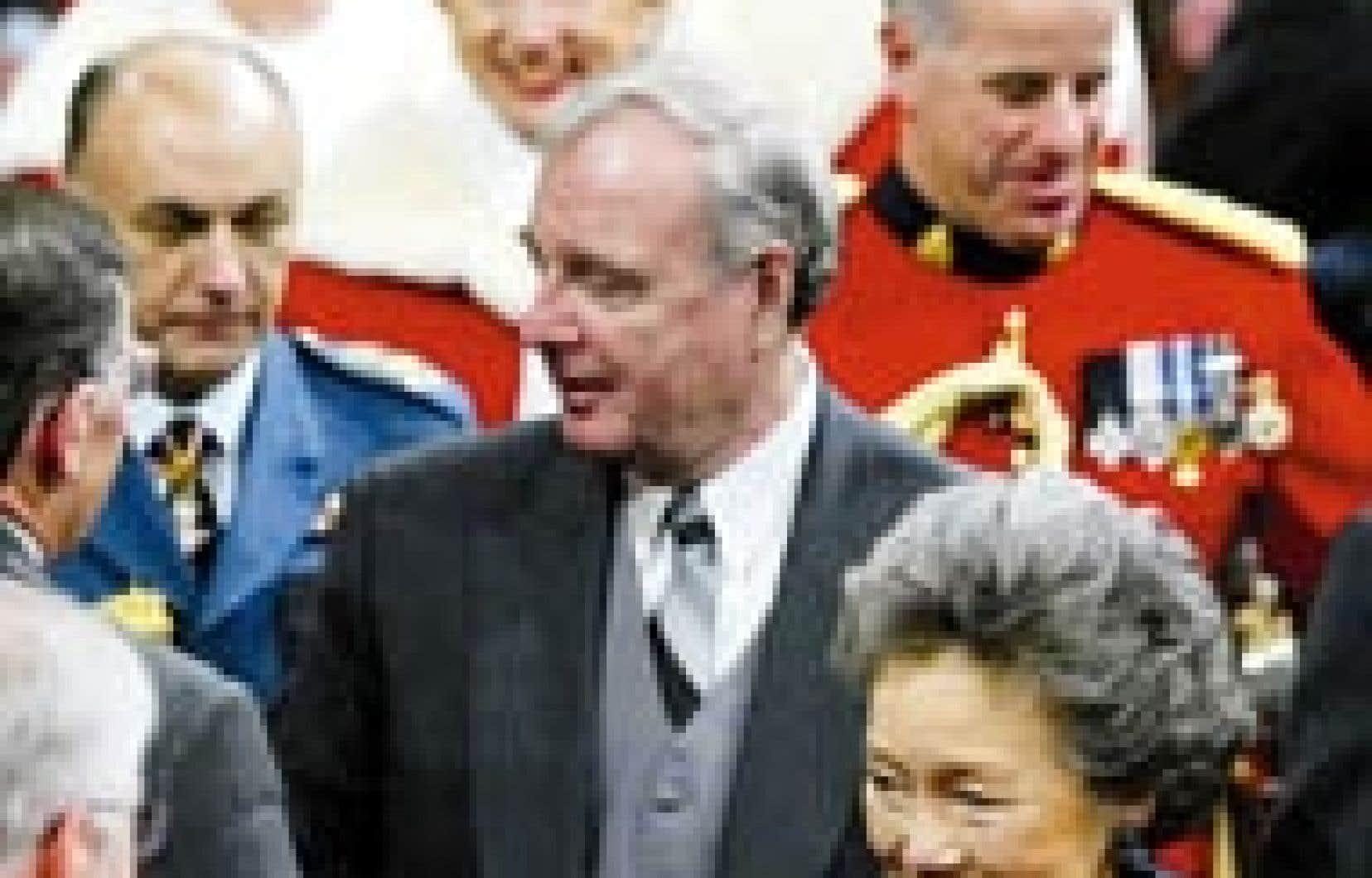 Le premier ministre Paul Martin et la gouverneure générale Adrienne Clarkson quittent l'enceinte du Sénat après la lecture du discours du Trône, suivis du chef d'état-major de la Défense, le général Ray Henault, de la juge en chef de la Cour