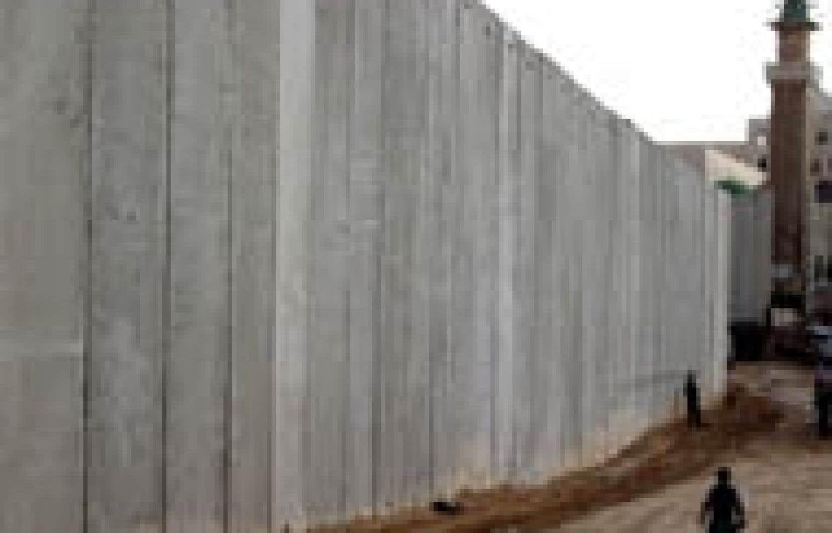 Israël justifie sa «clôture de sécurité» de 150 km faite de parois de béton, de barbelés et de tranchées, par la nécessité de barrer la route aux kamikazes palestiniens dont les attentats ont causé la mort de plus de 400 Israéliens ces trois