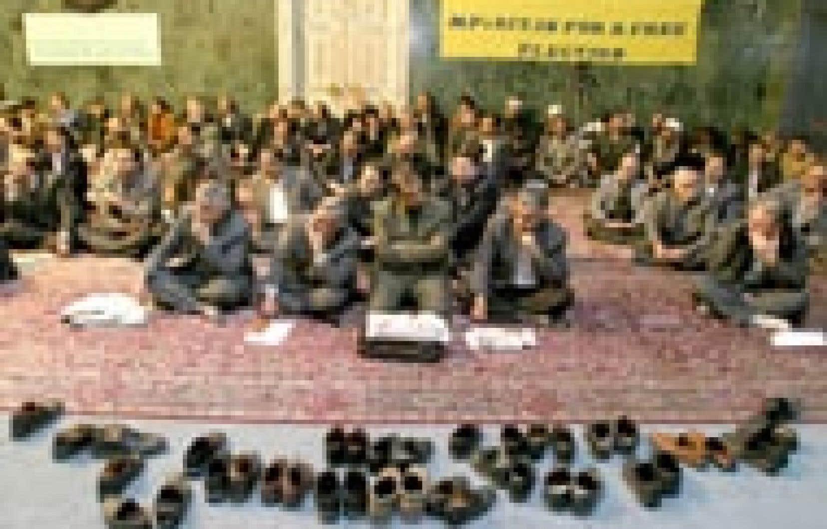 Le sit-in  de 80 députés réformateurs iraniens au Parlement, entamé le 11 décembre, s'est poursuivi hier afin de protester contre la décision du Conseil des gardiens, organisation conservatrice iranienne, d'invalider près de la moitié des 8 200 c