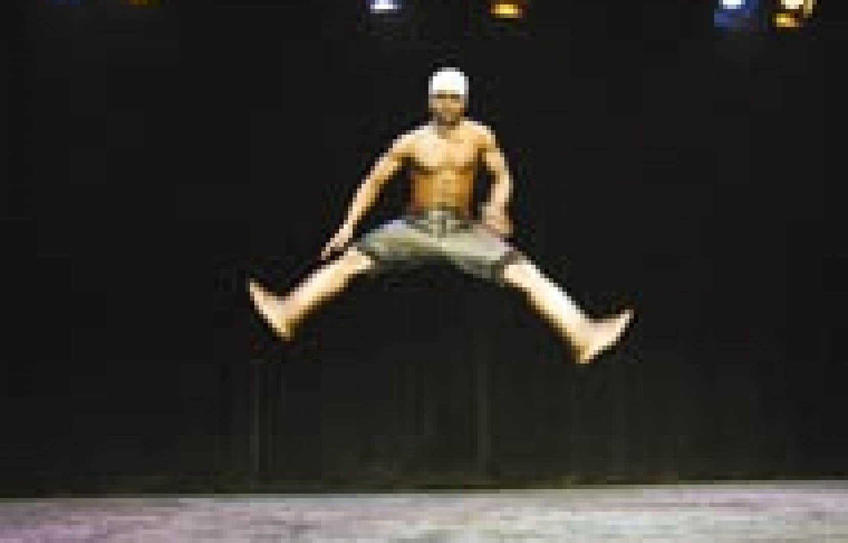 Le spectacle présente entre autres une série de tableaux ponctués de chants et de danses en groupe ou en solo. Ici, le chorégraphe Serge Takri.