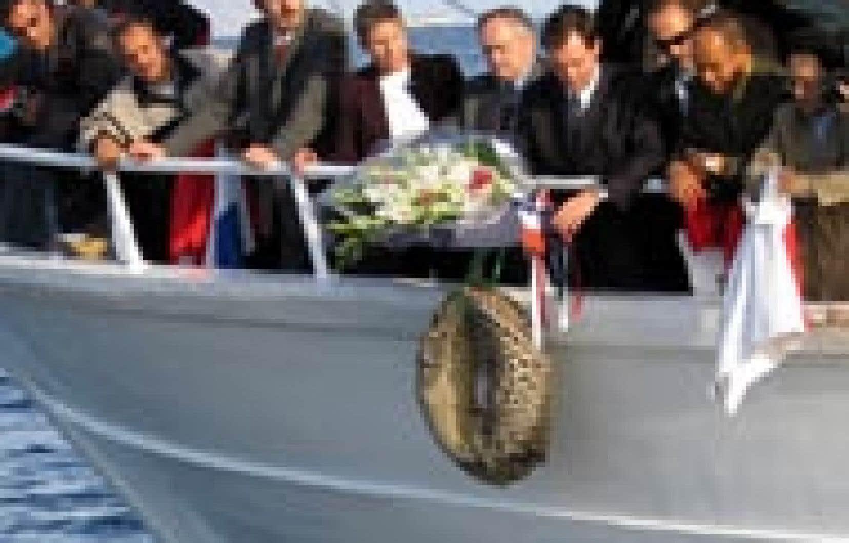 Le secrétaire d'État français aux Affaires étrangères, Renaud Muselier, a lancé hier un bouquet de fleurs à la mer sur le site de l'écrasement du Boeing 737 de Flash Airlines, en mémoire des 135 touristes et 13 membres d'équipage disparus