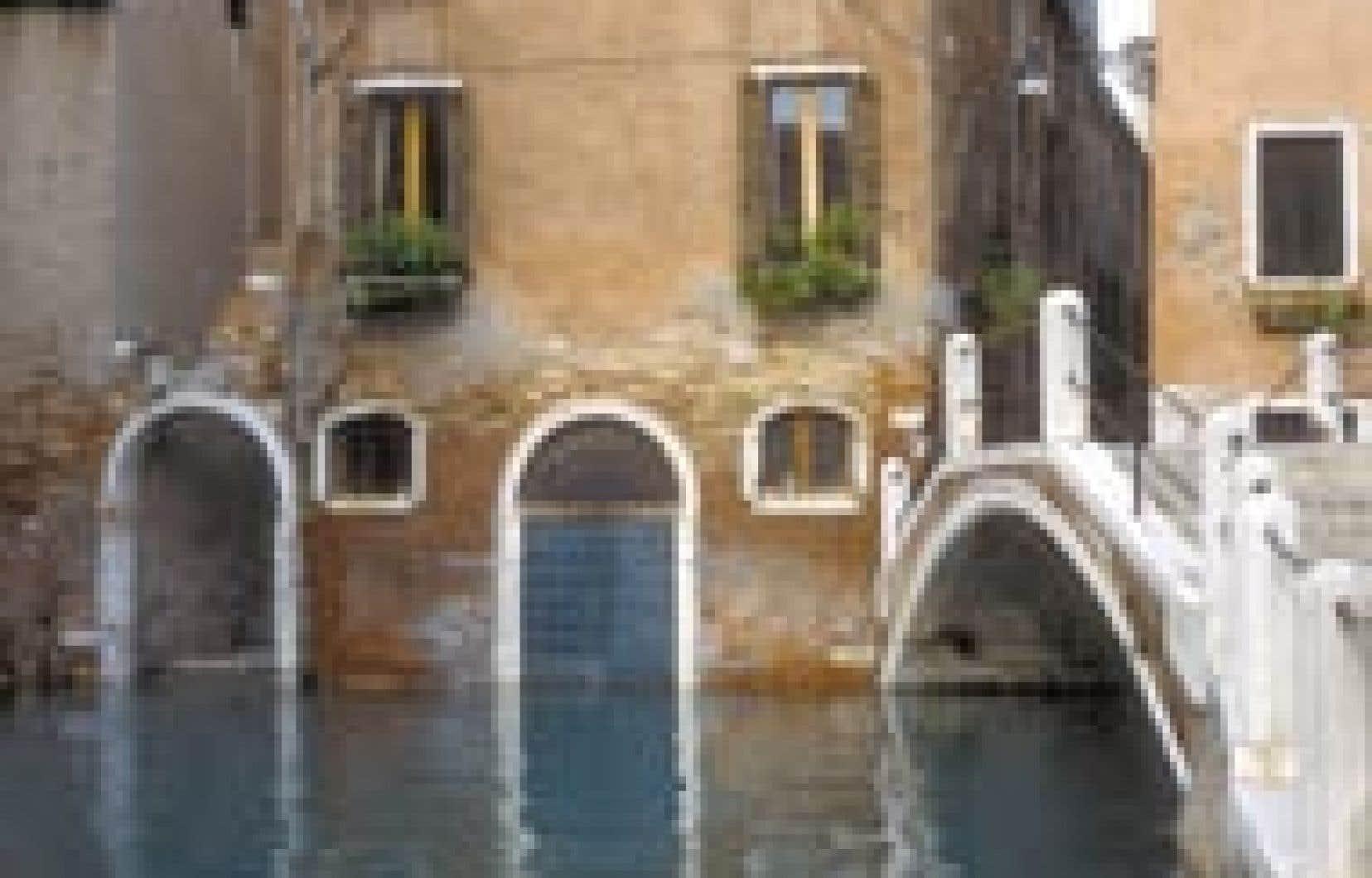 Venise est unique par son plan: deux réseaux de canaux et de rues piétonnes se croisant au niveau des 400 ponts.