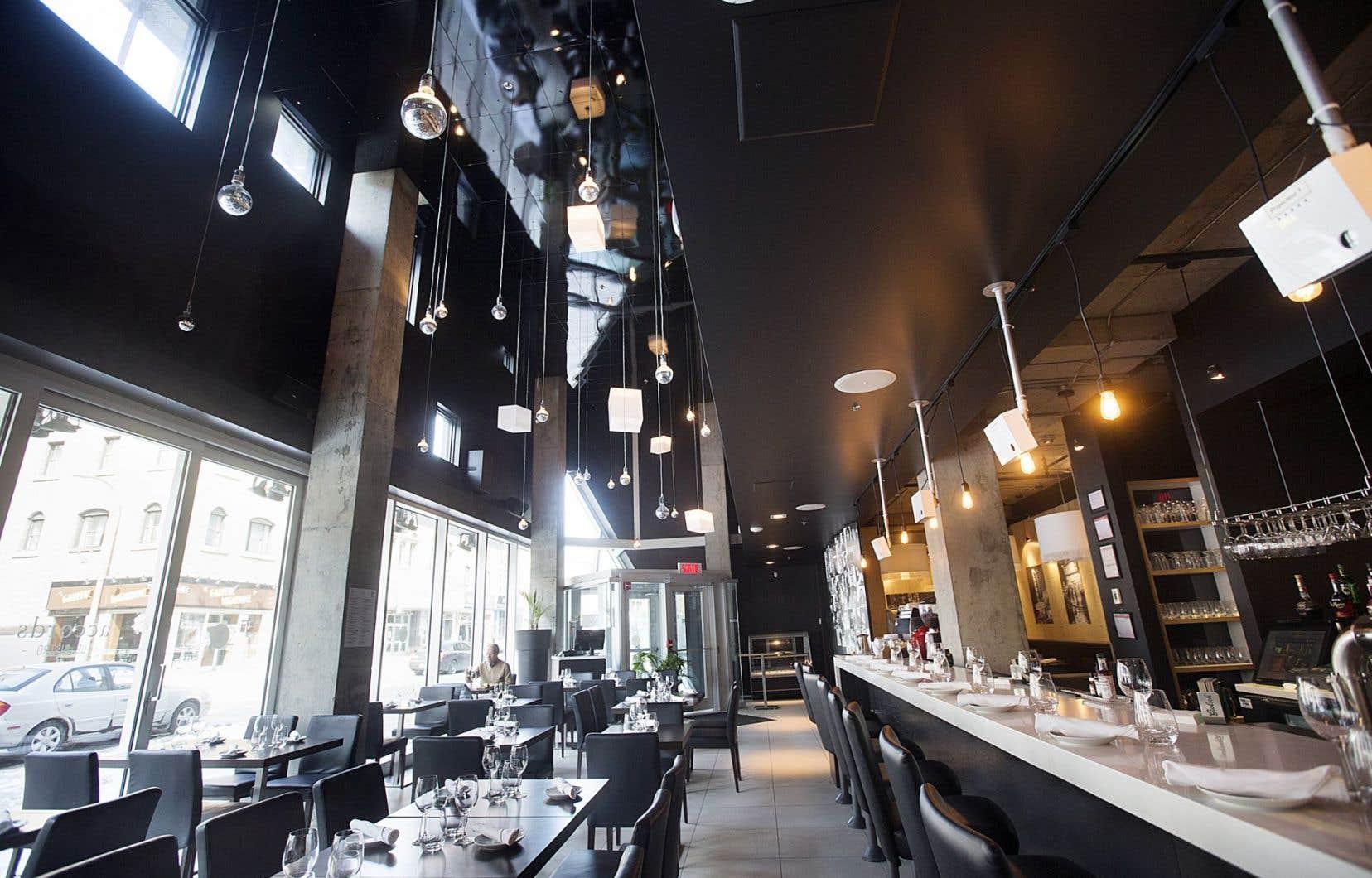 Le restaurant Accords-Le bistro abrite une jolie salle à l'angle sud-est du boulevard Saint-Laurent et de la rue Sainte-Catherine à Montréal.