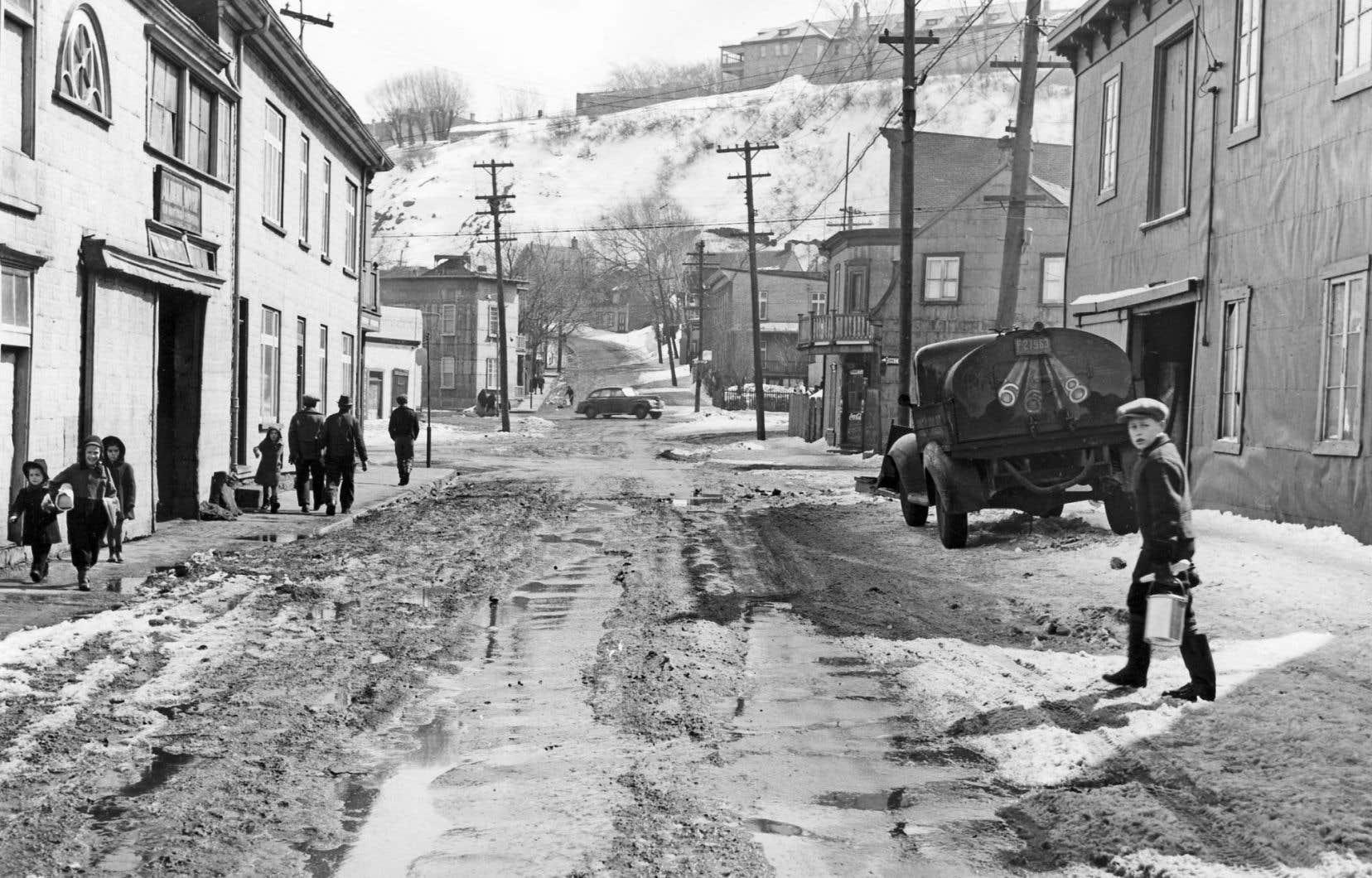 Des passants dans la rue de l'Aqueduc, 1944