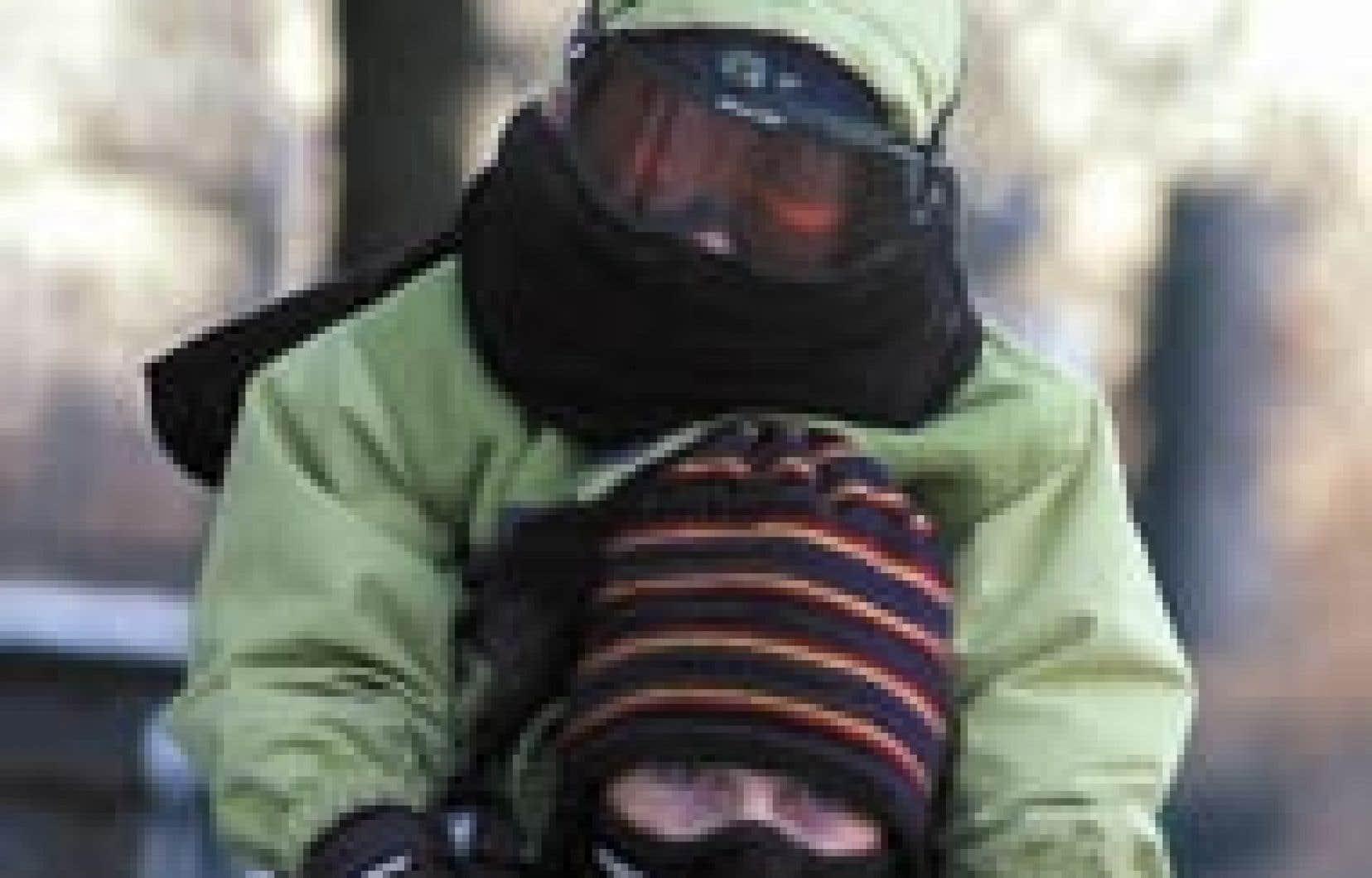 Les gens qui résident dans l'Ouest du Canada doivent s'habiller chaudement pour affronter le froid.