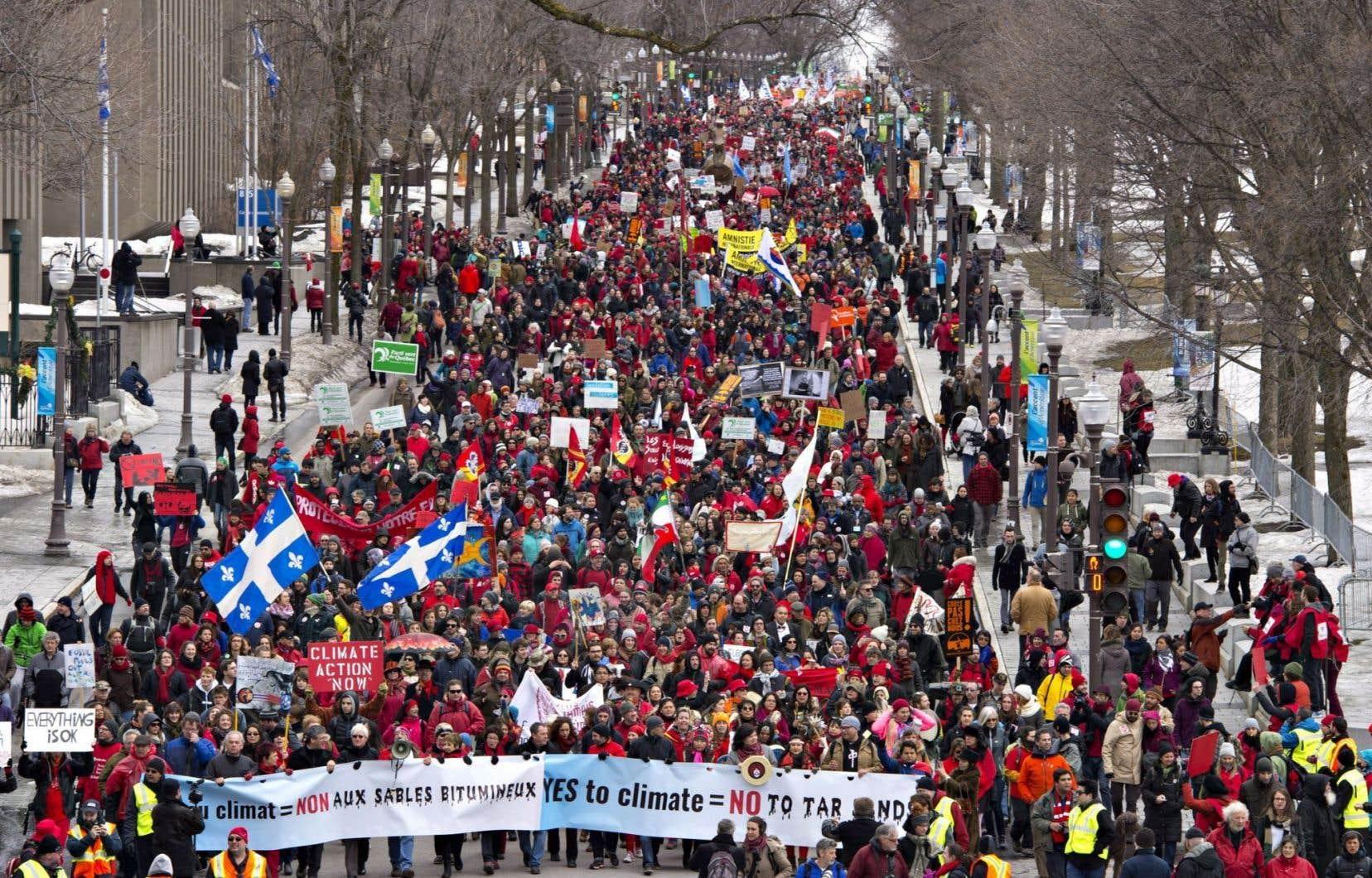 Cette marche, «festive» et familiale, est l'une des plus importantes de l'histoire canadienne consacrée aux enjeux climatiques.