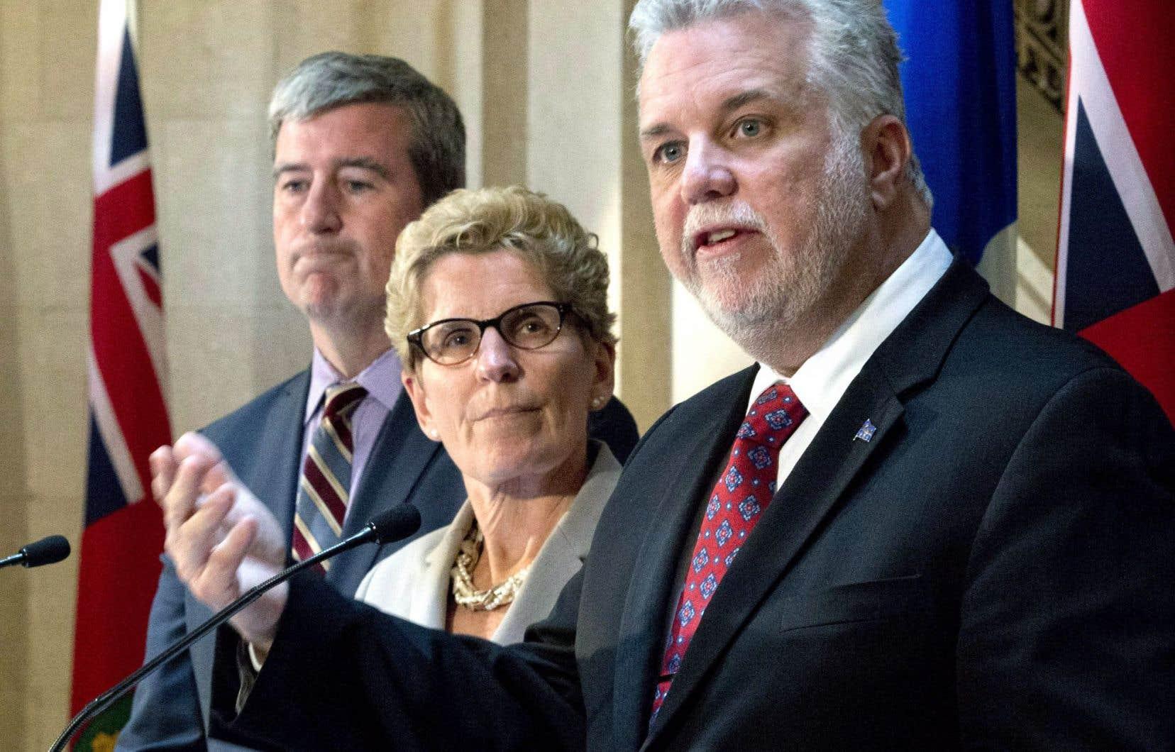 En conférence de presse lundi, le premier ministre québécois, Philippe Couillard, et la première ministre ontarienne, Kathleen Wynne, ont invité le gouvernement conservateur à s'activer avant la Conférence de Paris, en décembre.