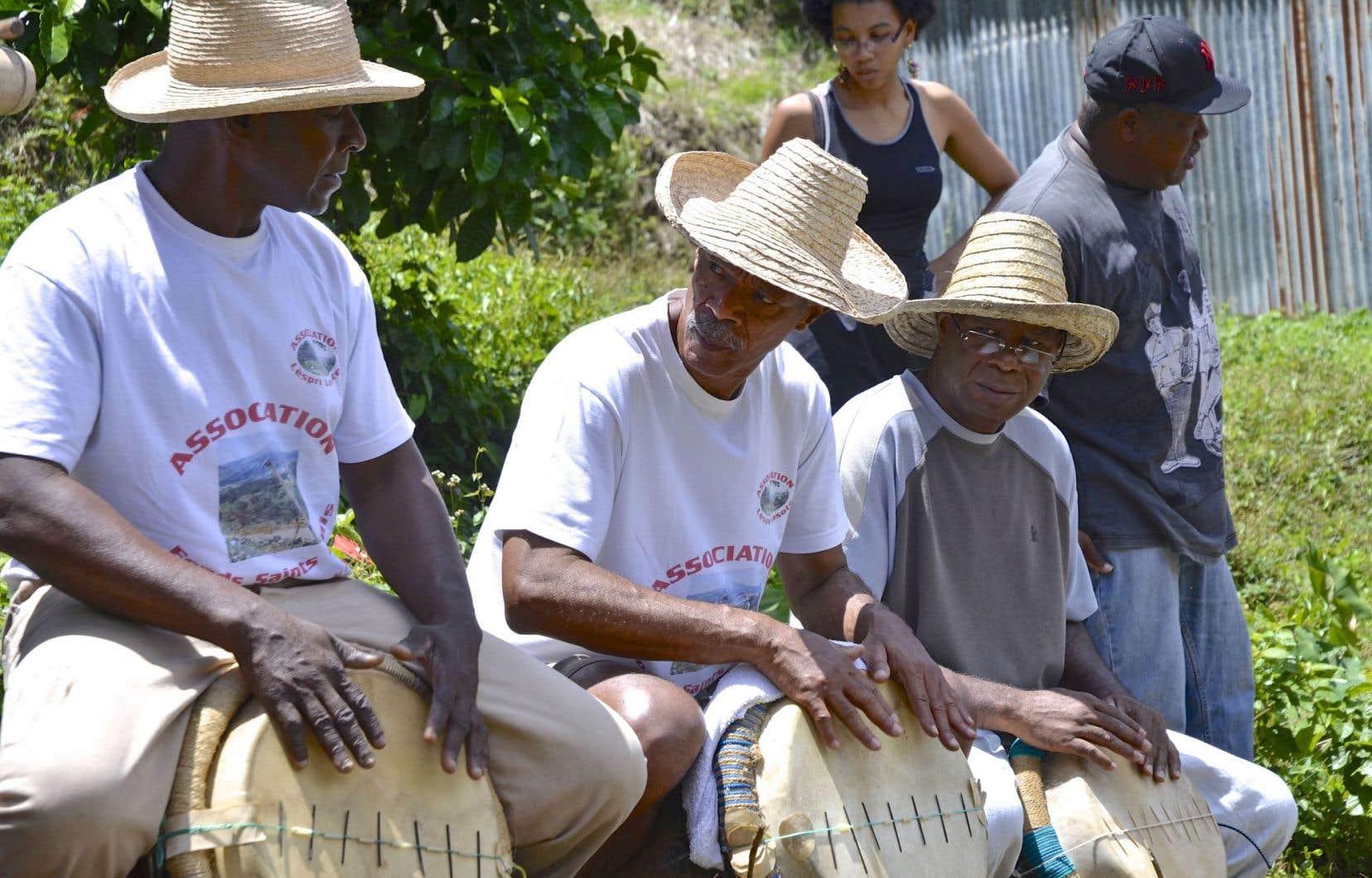 Les maîtres-tambours donnent la cadence pour le lasotè: un rythme pour labourer la terre de bas en haut, un autre pour le billonnage. Tout en haut: les agriculteurs de Fonds-Saint-Denis, en Martinique.