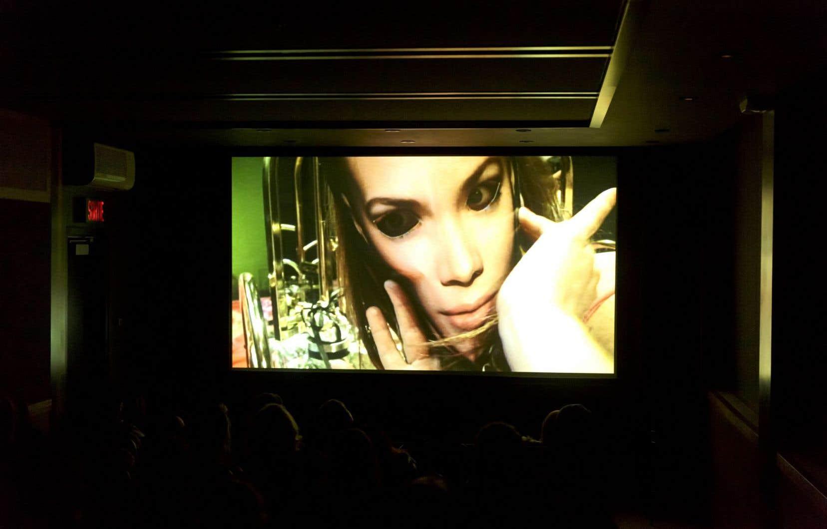 «Oxymorons» est une production de Youtheatre 2015, conçue et performée par Nadège Grebmeier Forget.