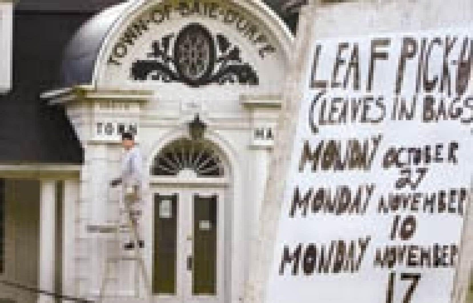 Daniel Masse, le concierge de l'hôtel de ville de Baie-d'Urfé, a eu tôt fait d'effacer les graffitis.