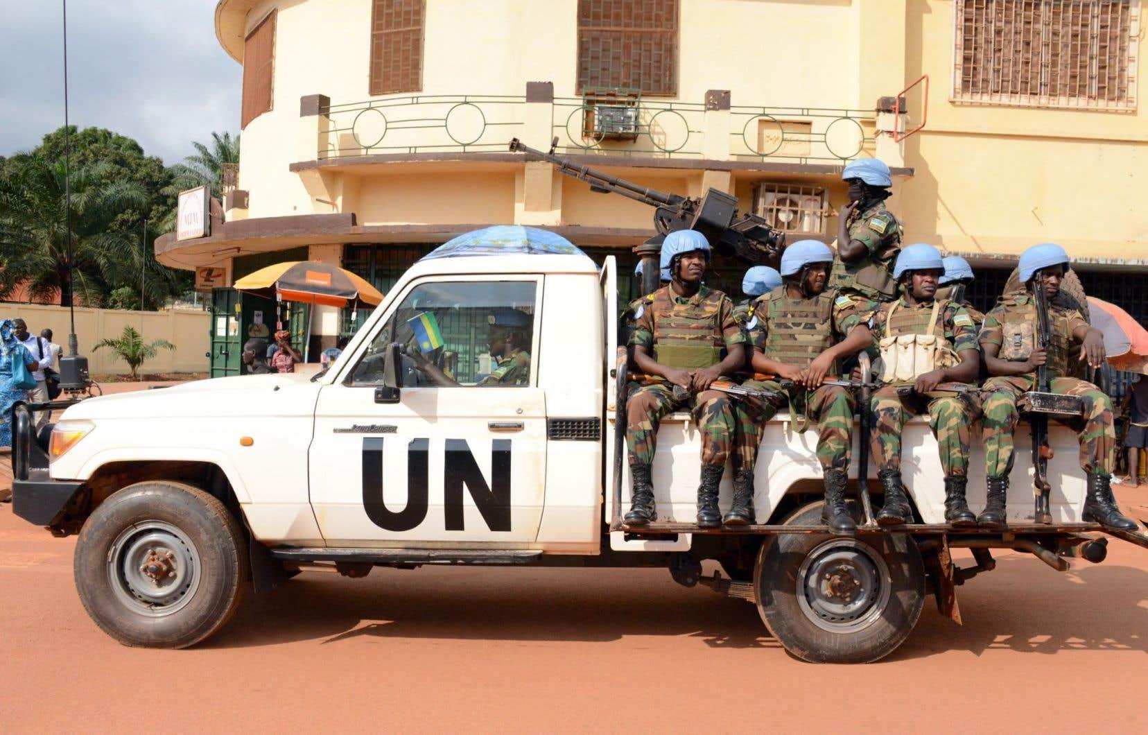 Des soldats rwandais faisant partie de la mission de maintien de la paix de l'ONU patrouillant dans les rues de la capitale de la République centrafricaine, Bangui