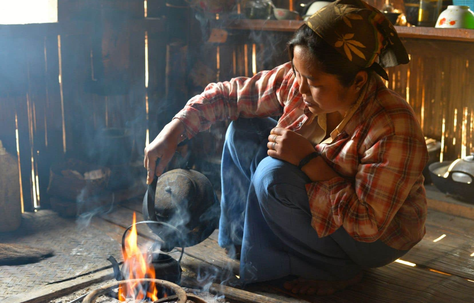 Partir un feu, faire bouillir de l'eau, attendre: le temps d'un thé en Birmanie est une affaire de patience.