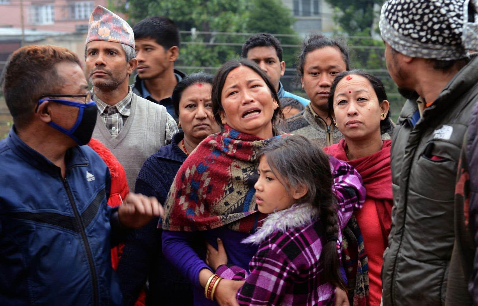 Des Népalais pleurent leurs morts et s'angoissent sur le sort des disparus à Katmandou.