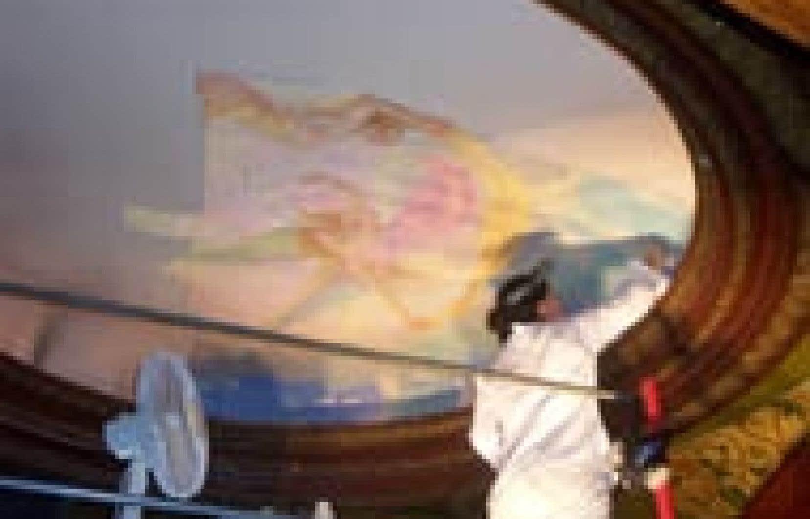 Le dôme d'environ trois mètres de diamètre était couvert d'une peinture représentant une jeune femme sur une escarpolette.