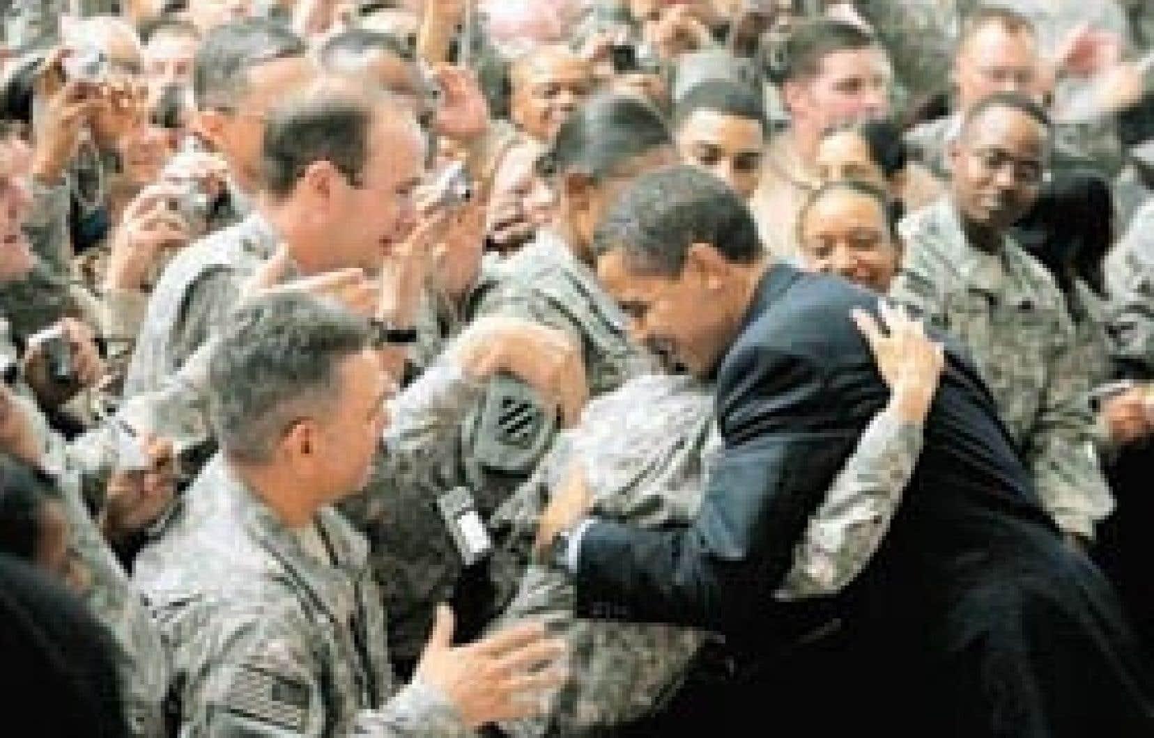 Le président américain Barack Obama serre un soldat dans ses bras au cours de sa visite au camp Victory, près de Bagdad, hier.